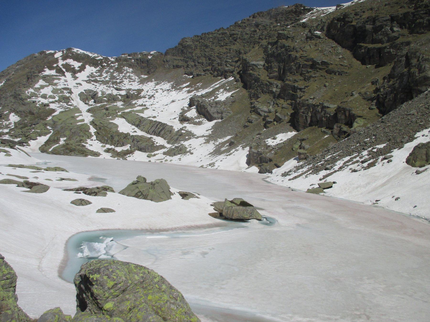 il lago ancora quasi totalmente gelato