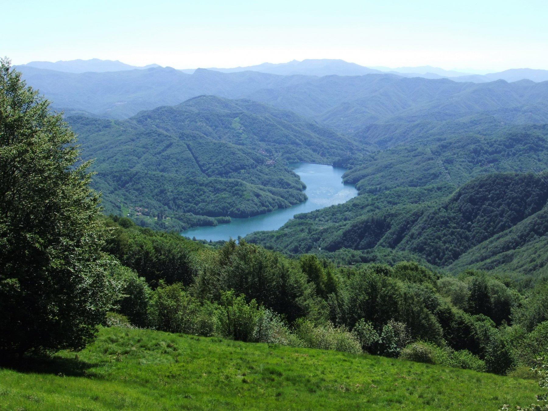 Lago del Brugneto dai prati del Monte Duso