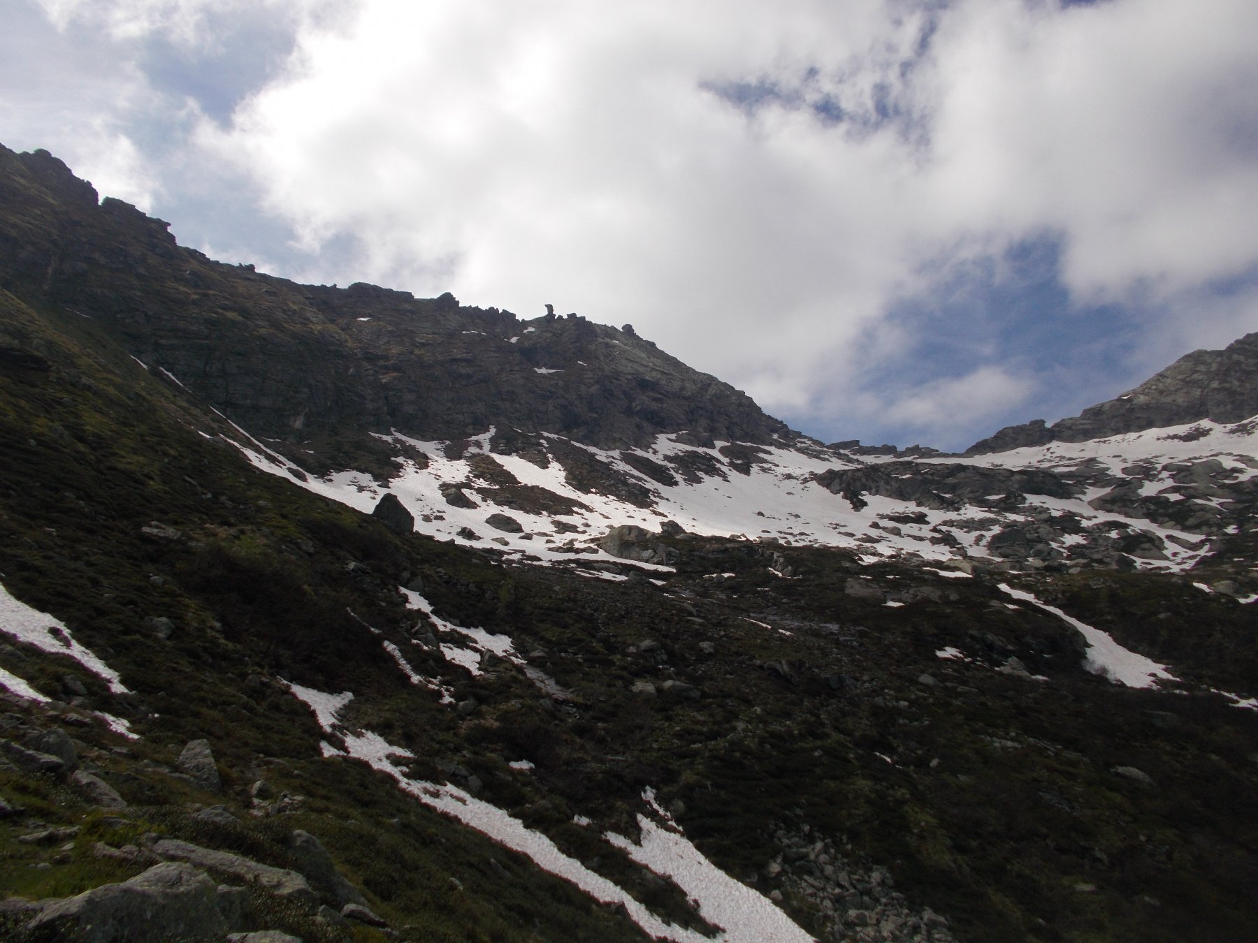 staziona ancora parecchia neve a monte del lago come si puo' notare dalla foto..