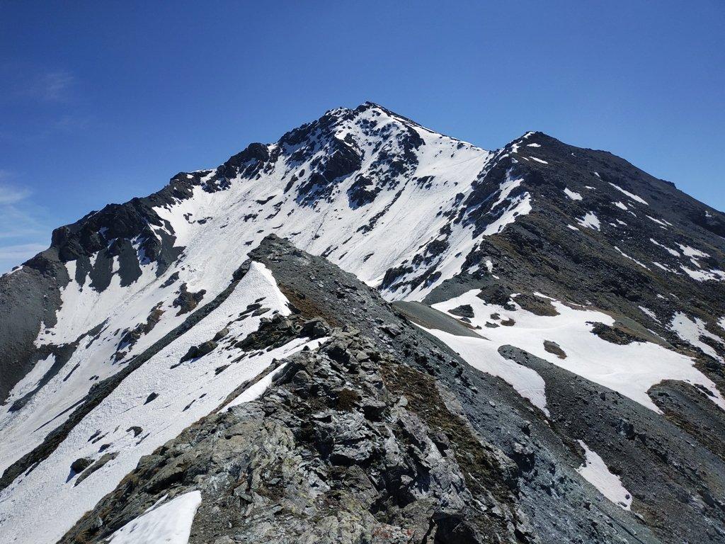Sguardo indietro verso la cima percorrendo la dorsale per il Passo di San Giacomo