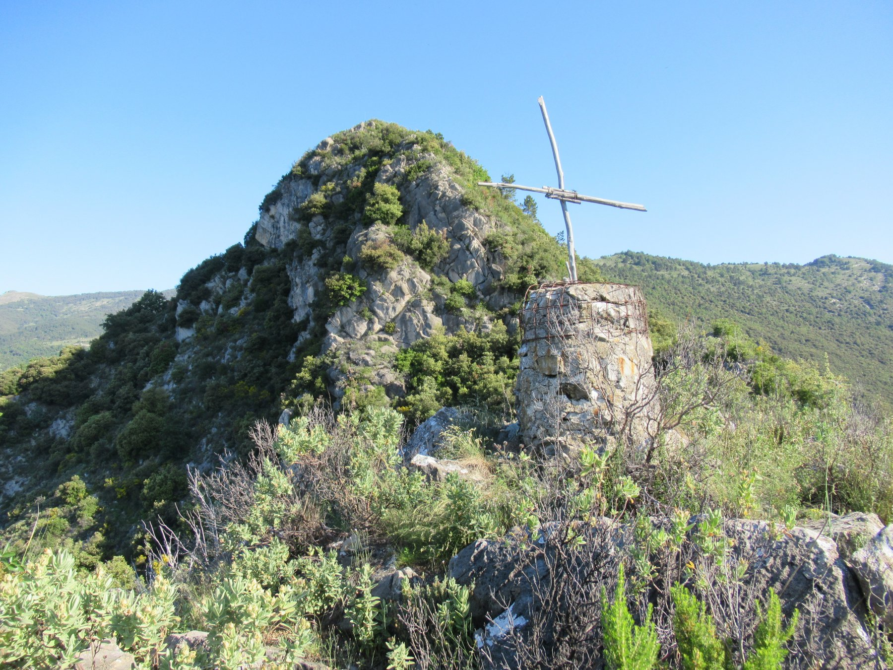 Punta della Croce (m.820) con cresta del Monte Terca.