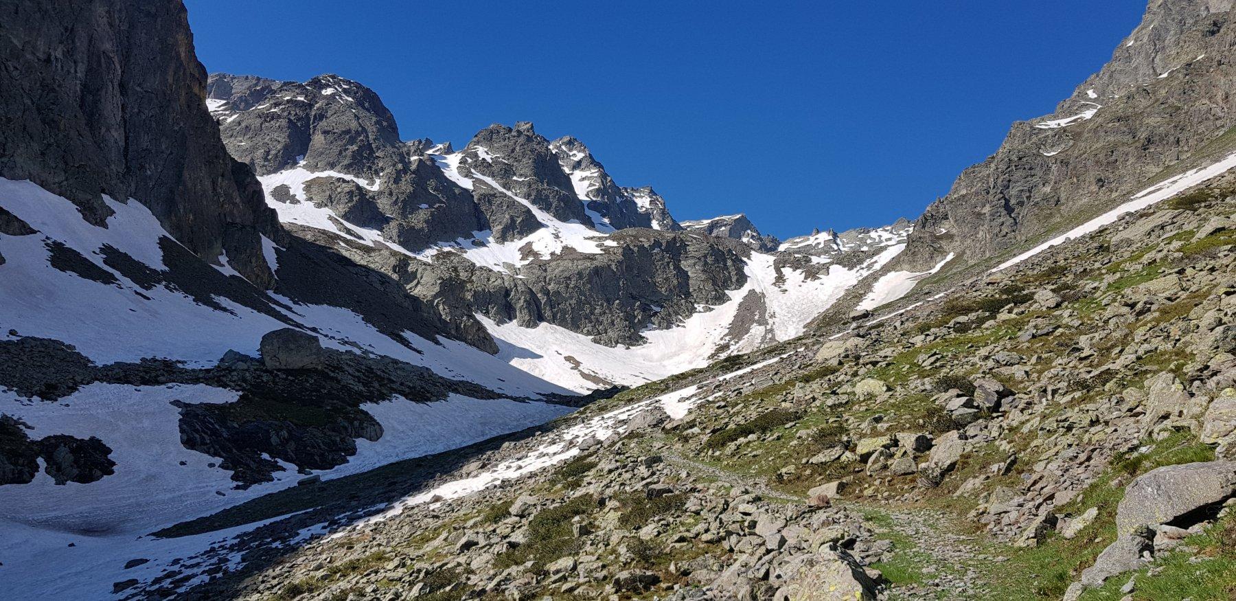 La neve ci sarebbe ma si sale meglio sul sentiero