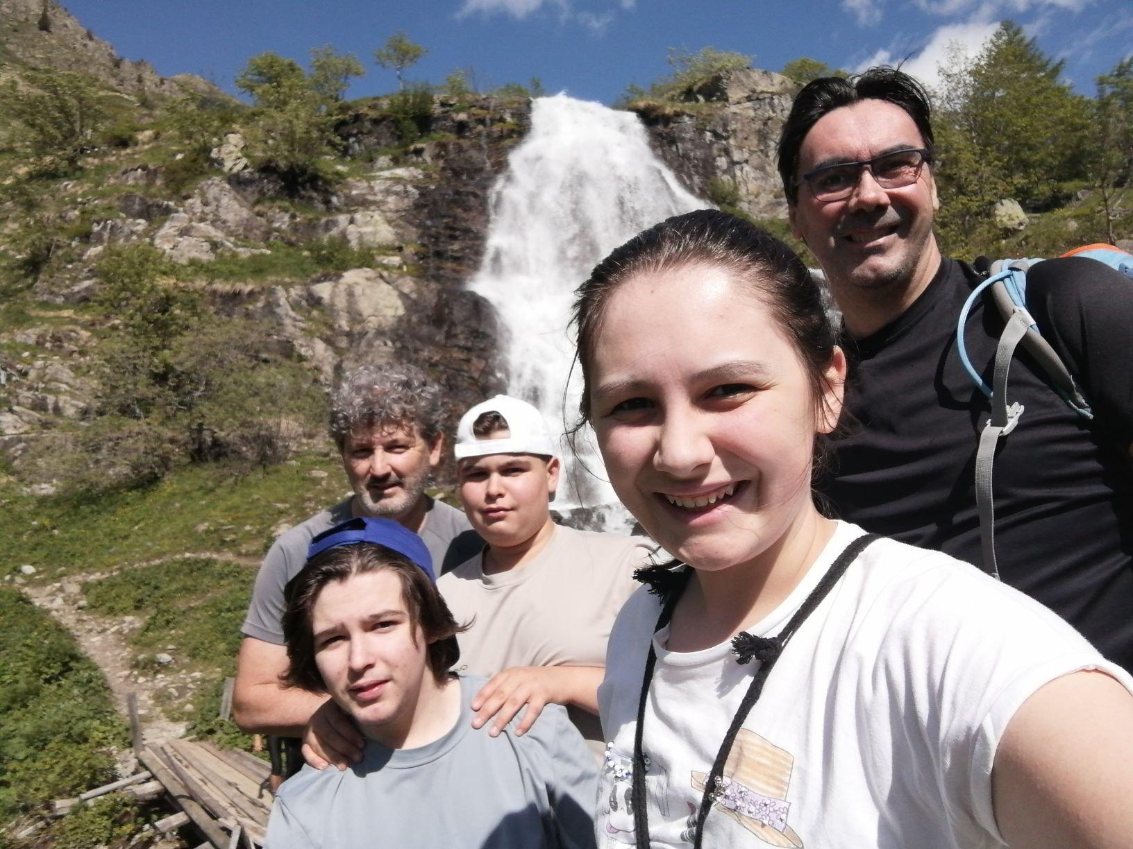 Selfie di gruppo col cascatone