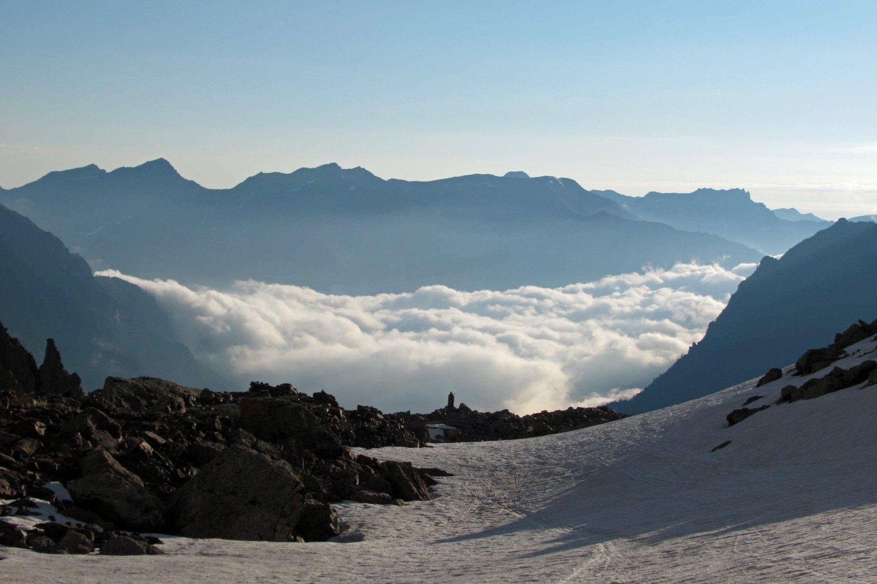 Cippo e giochi di nuvole in media valle