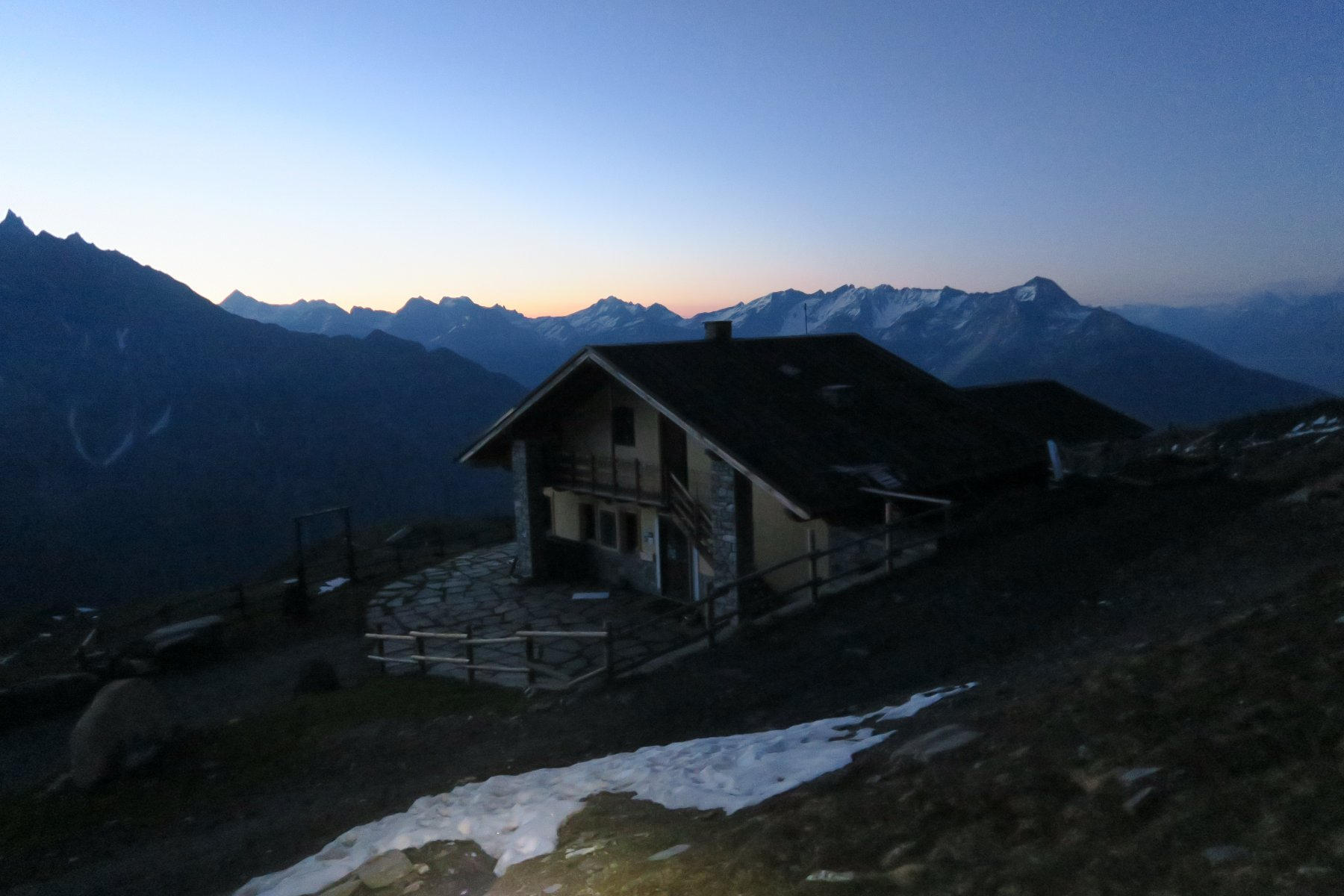 rifugio Champillon alle prime luci del giorno