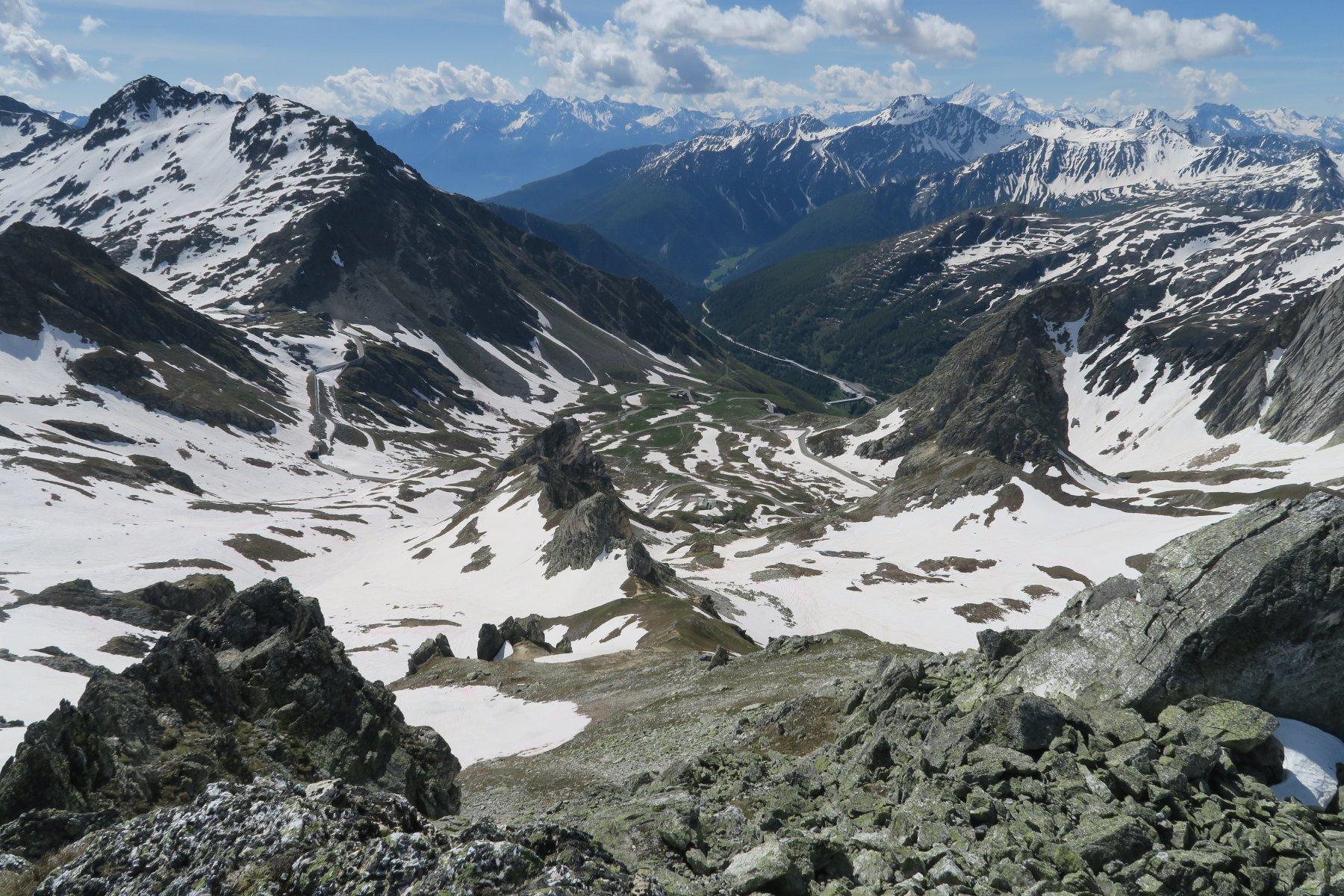 sulla sinistra il vallone salito e la strada per il Colle del G.S. Bernardo