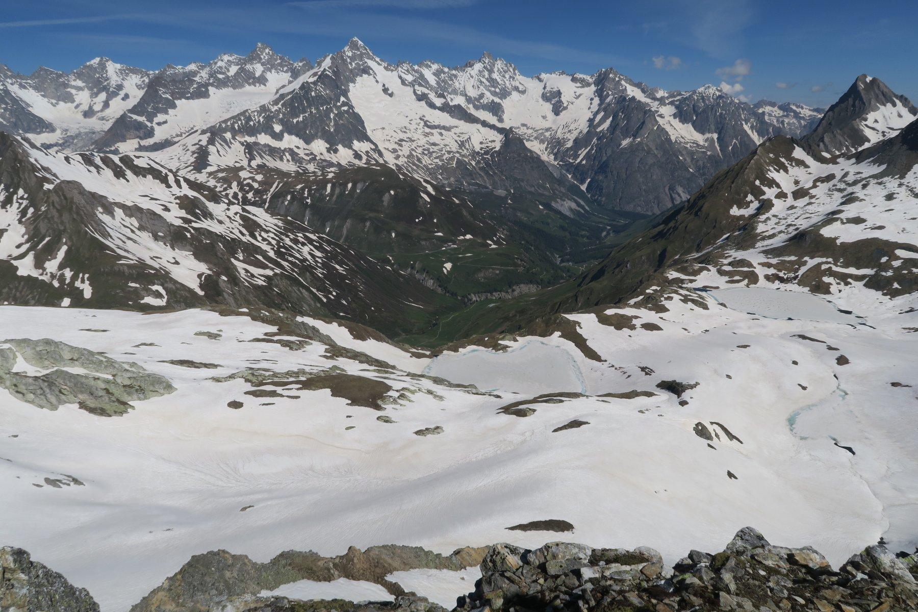 versante svizzero con i laghi di Fenetre, sullo sfondo il Dolent