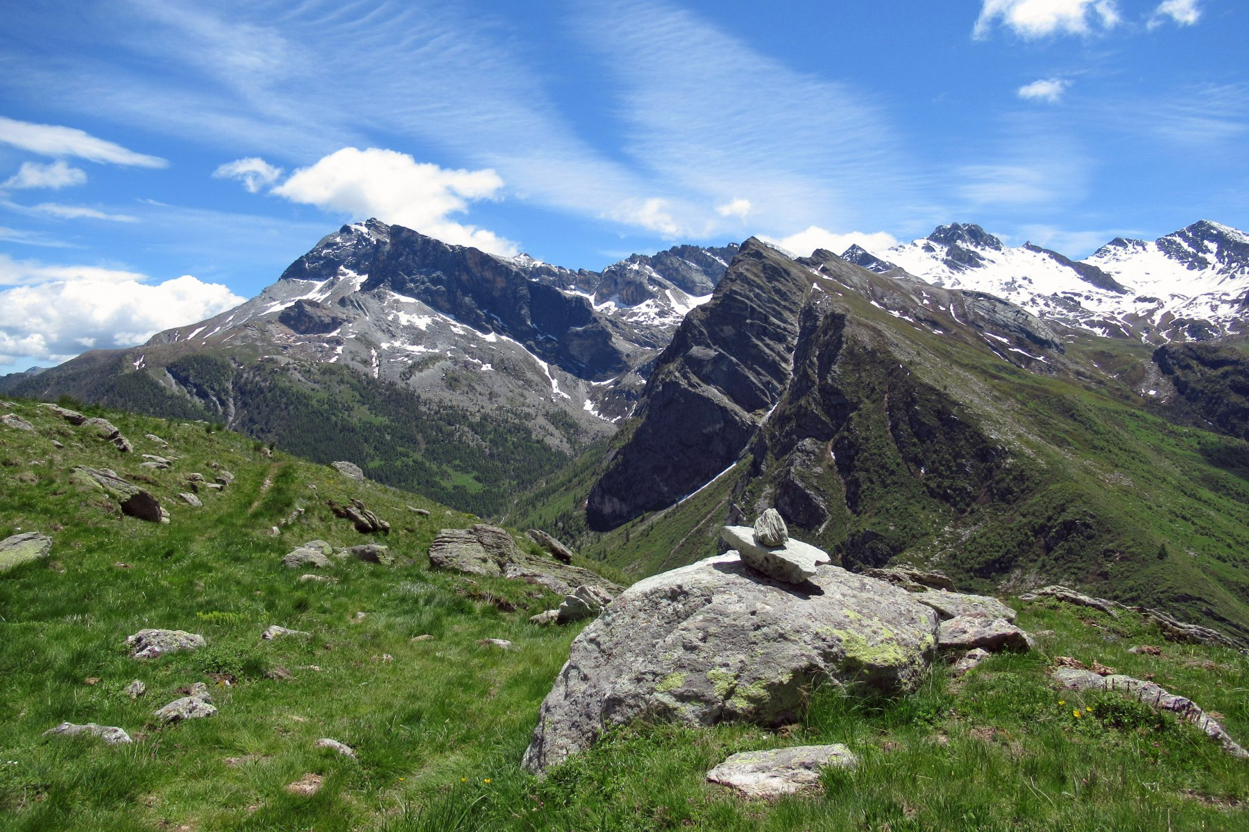 Scendendo a Sant'Anna bella vista su Pelvo d' Elva, Bric Camosciera e Marchisa