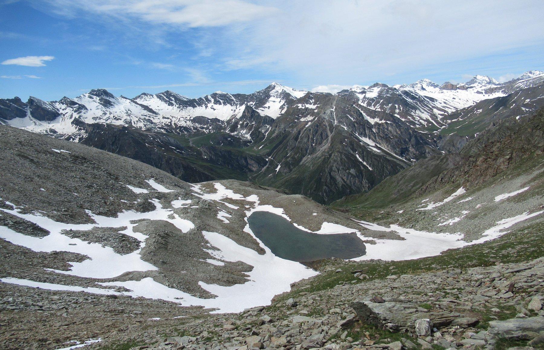 Il caratteristico lago Reisassa visto salendo il pendio terminale