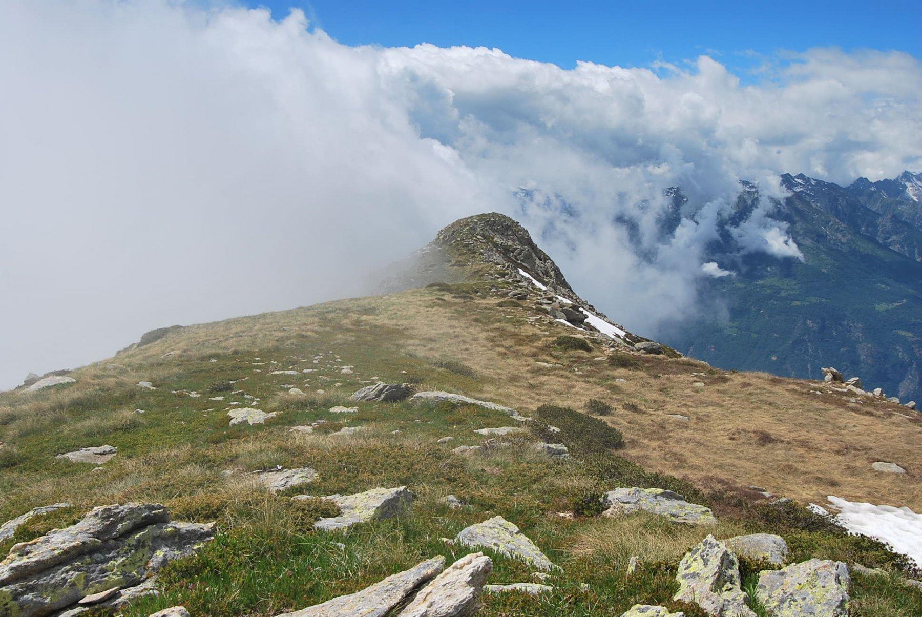 Sguardo verso il Cavalgrosso dove la cresta spiana dopo la risalita dalla Bocchetta di Quarn