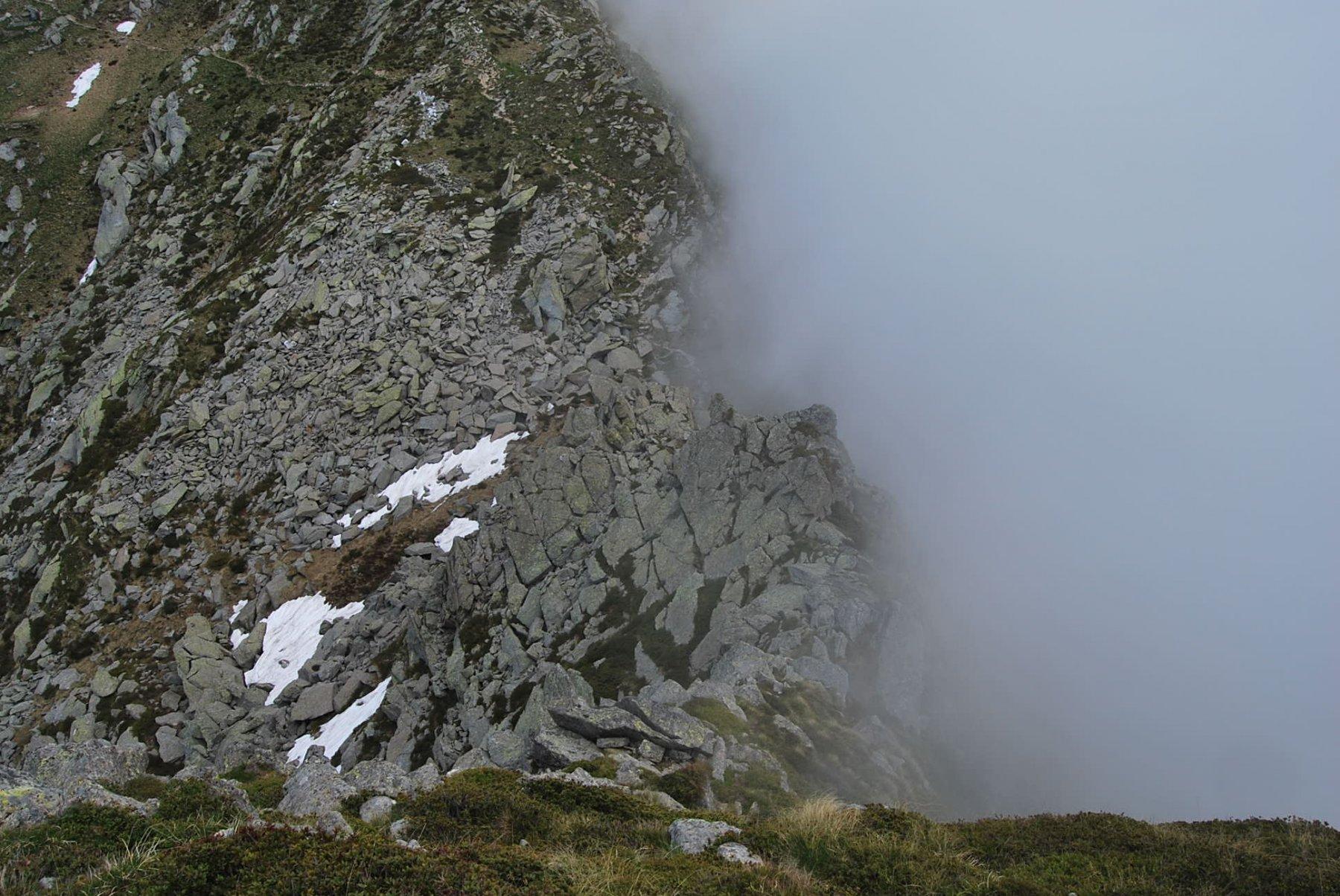 Vista sulla Bocchetta di Quarn superato il primo, ostico tratto. La nebbia sta avvolgendo la cresta, specie sul versante del Vallone di Viona