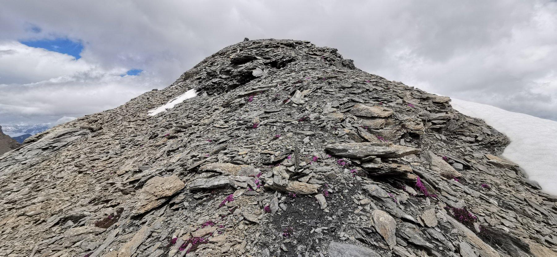 ultimi metri di pietrame prima di arrivare in cima