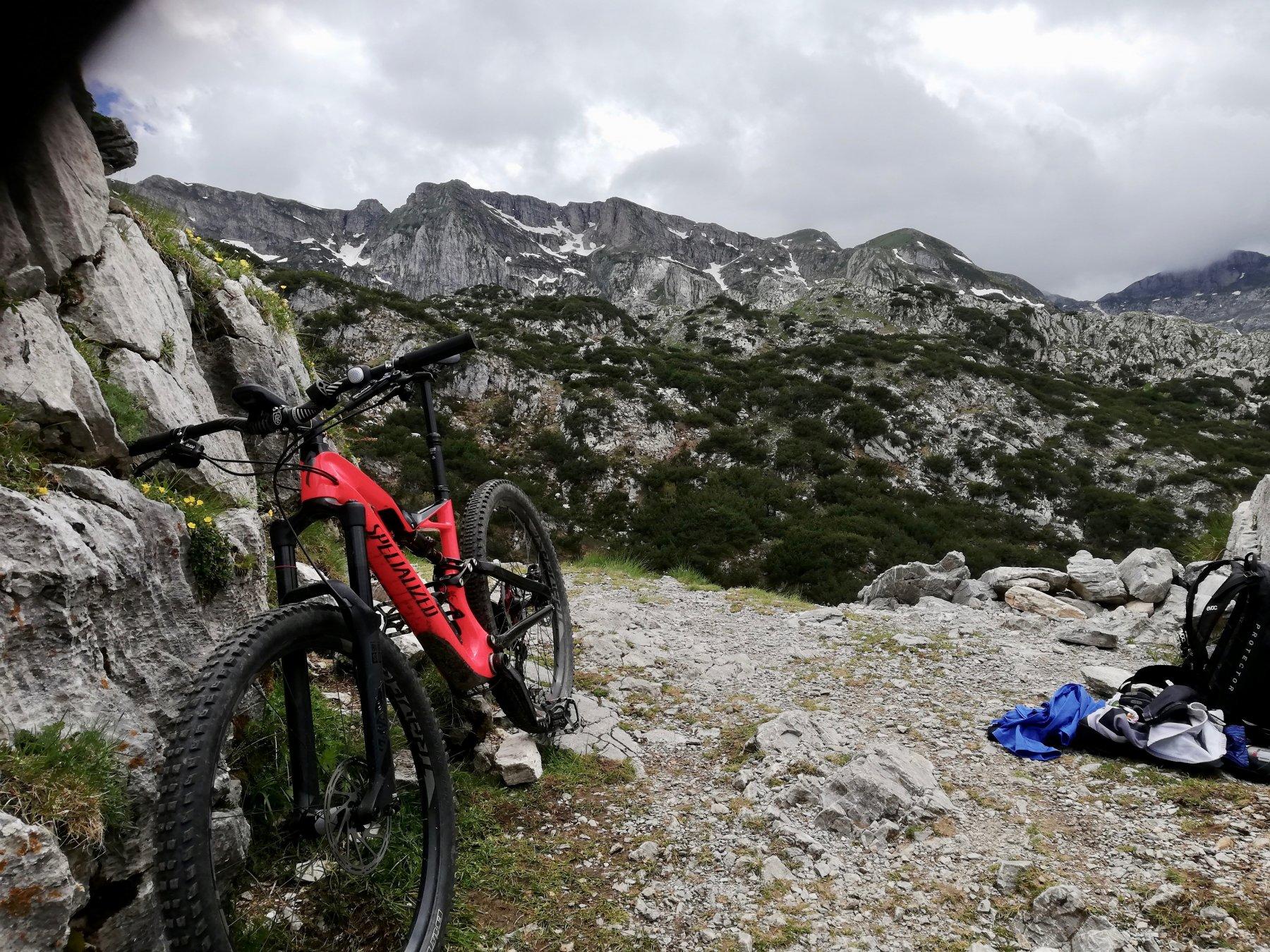 la mia bicicletta al Passo del Duca, fotografata prima della discesa nel Vallone del Marg.