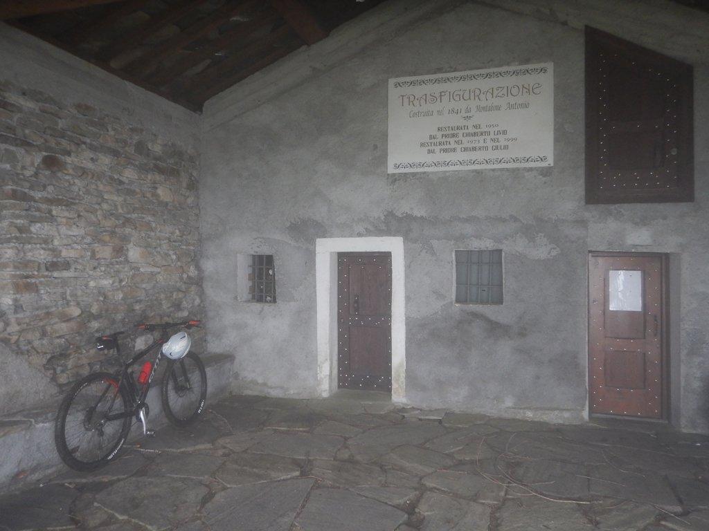 Al riparo davanti la cappella