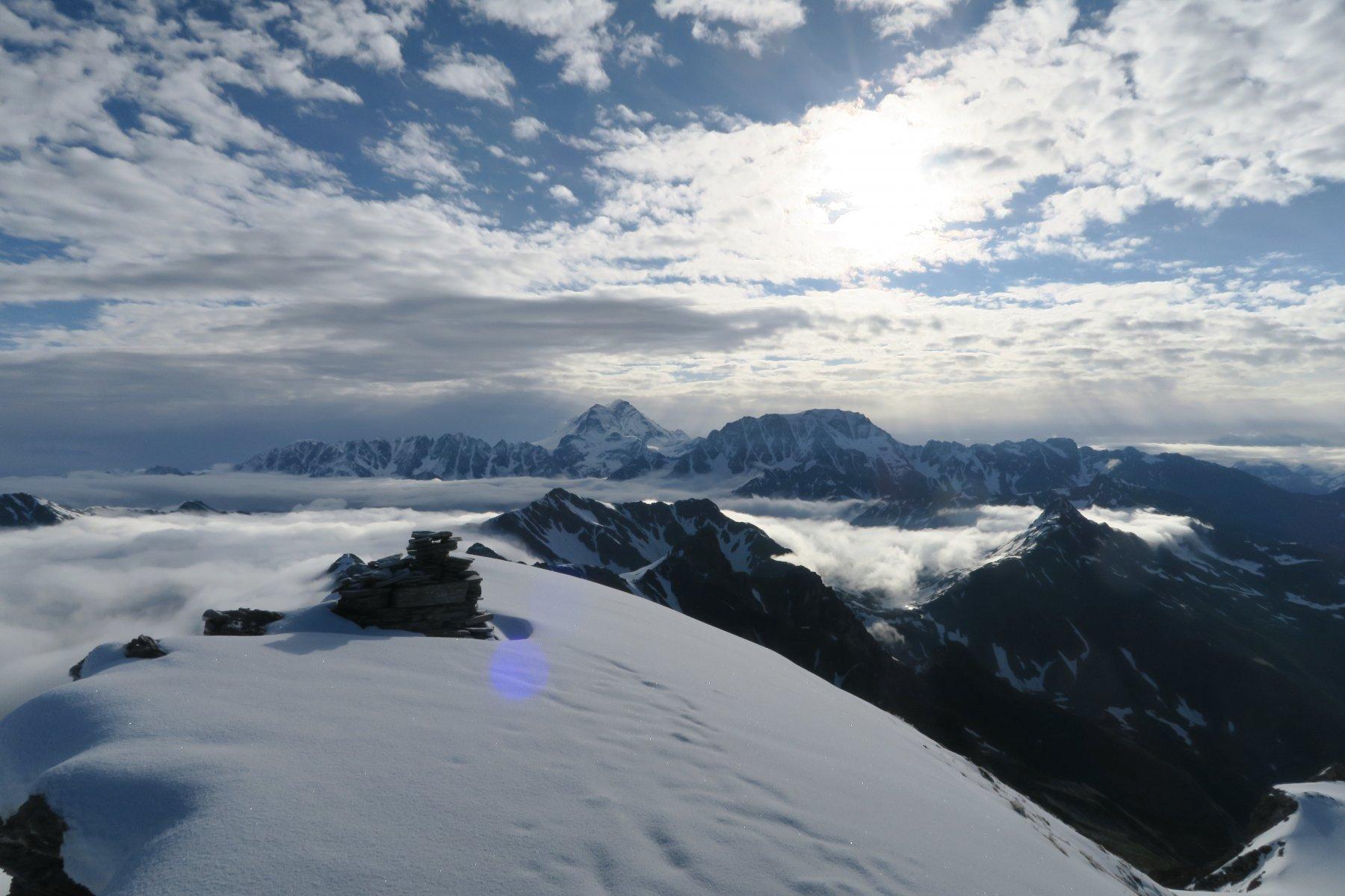 in cima con il sole che si fa strada tra le nuvole