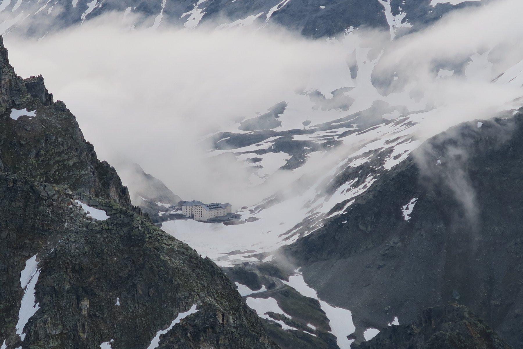 nebbie anche sul lato svizzero del Colle del G.S. Bernardo