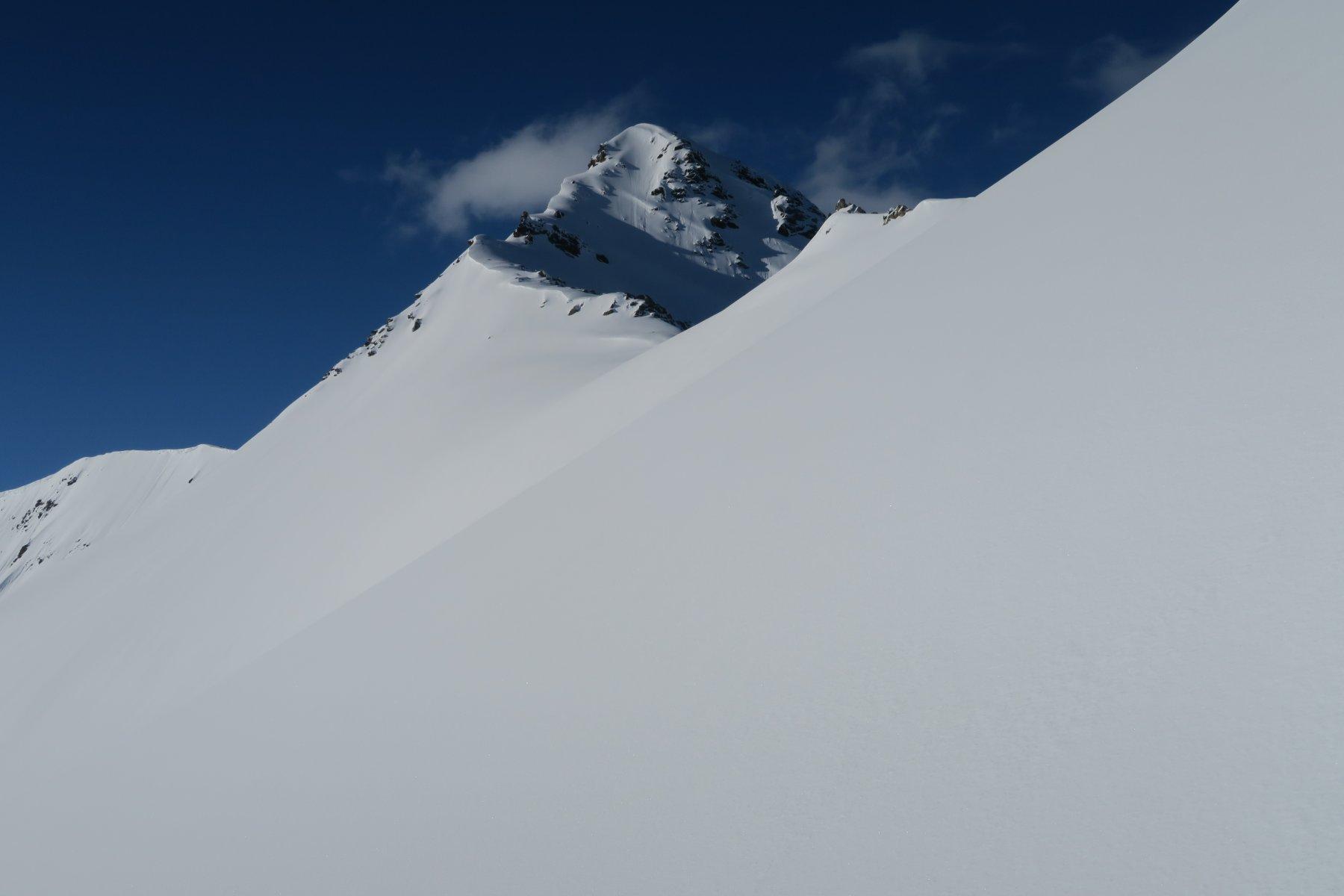 la cima imbiancata dalle nevicate recenti