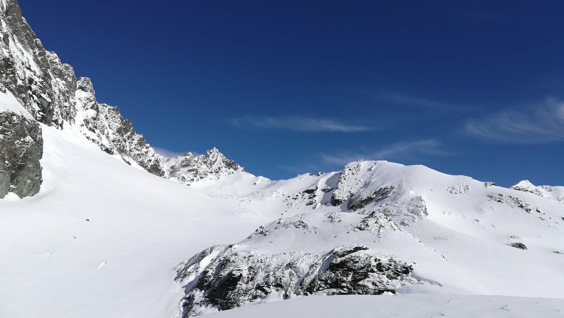 Punta Adami vista dalla cima al termine della cresta detritica