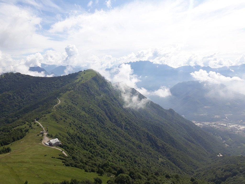 Panorama dal Cornizzolo verso il Monte Rai.