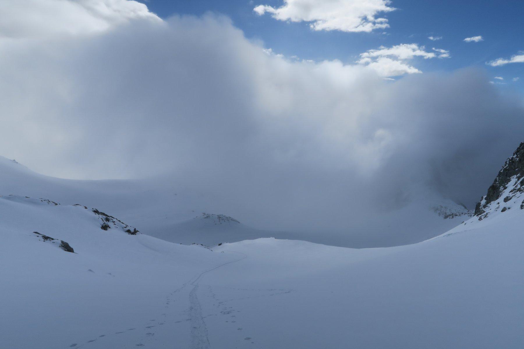 nebbioni e vento fino al piano sotto il colle