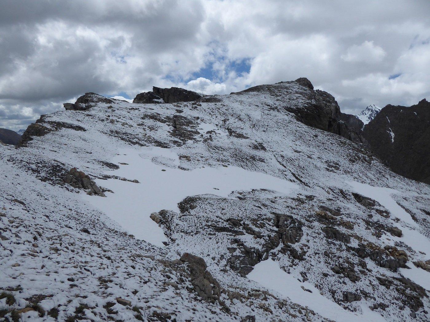 Anticima e cima viste dai pressi del Pertus.