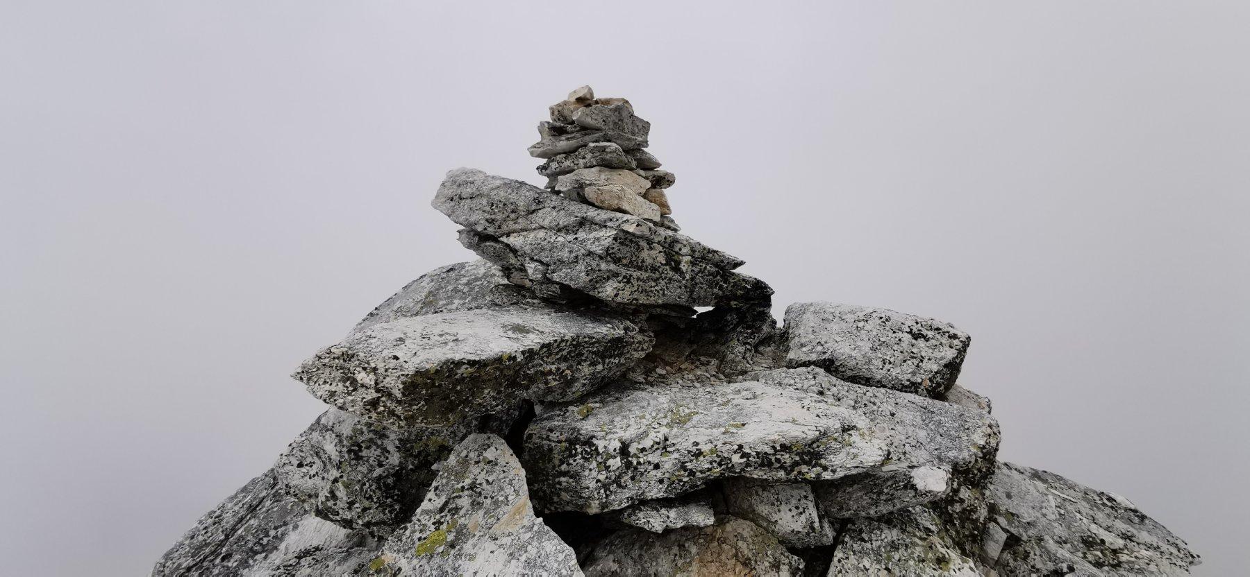 il piccolo e semplice ometto di pietre che indica la cima