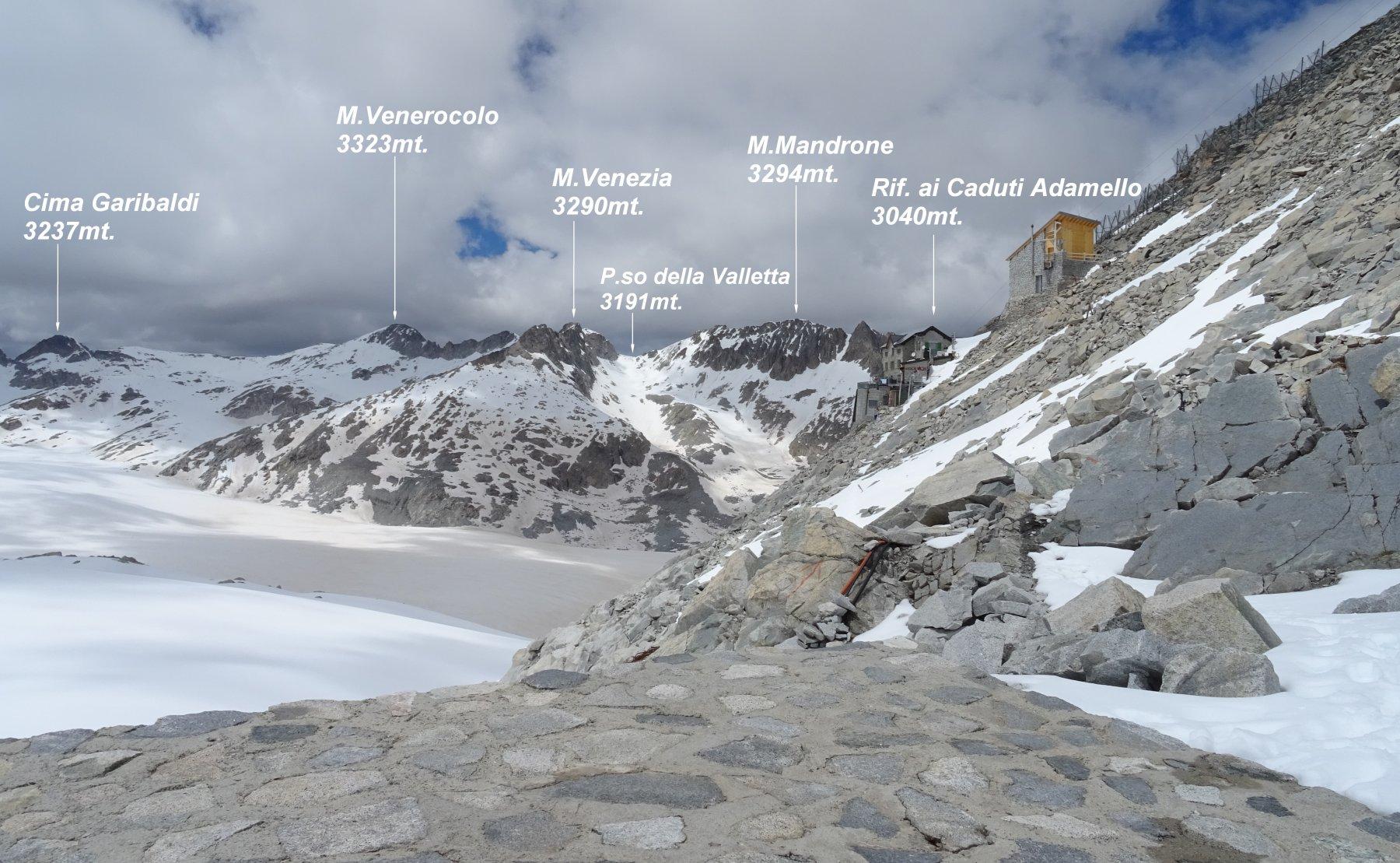 Arrivati al P.so della Lobbia Alta appare poco più in la il Rif.ai Caduti dell'Adamello.