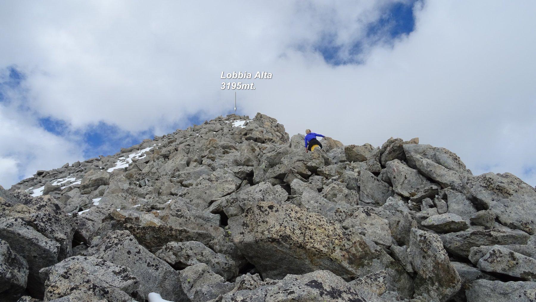 Si sale i blocchi granitici che portano verso la Lobbia Alta.