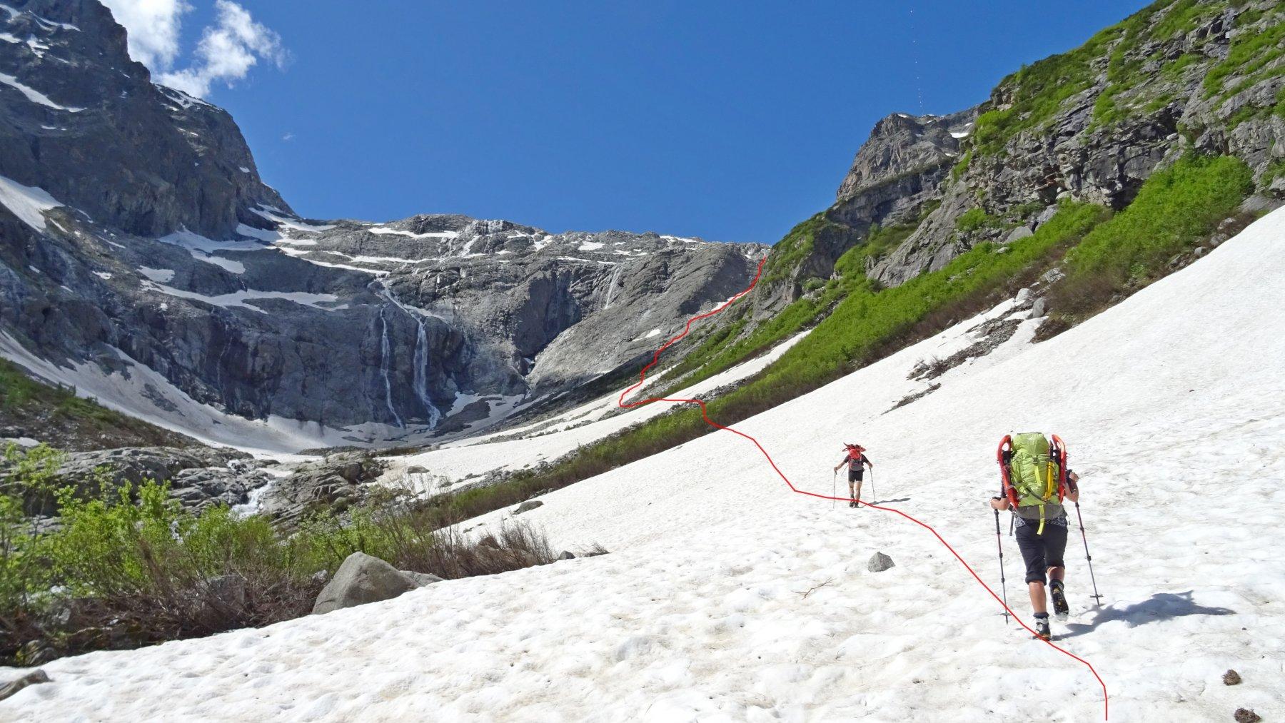 In rosso la traccia che sale verso l'attacco del Sentiero Matarot restando a dx della valle.