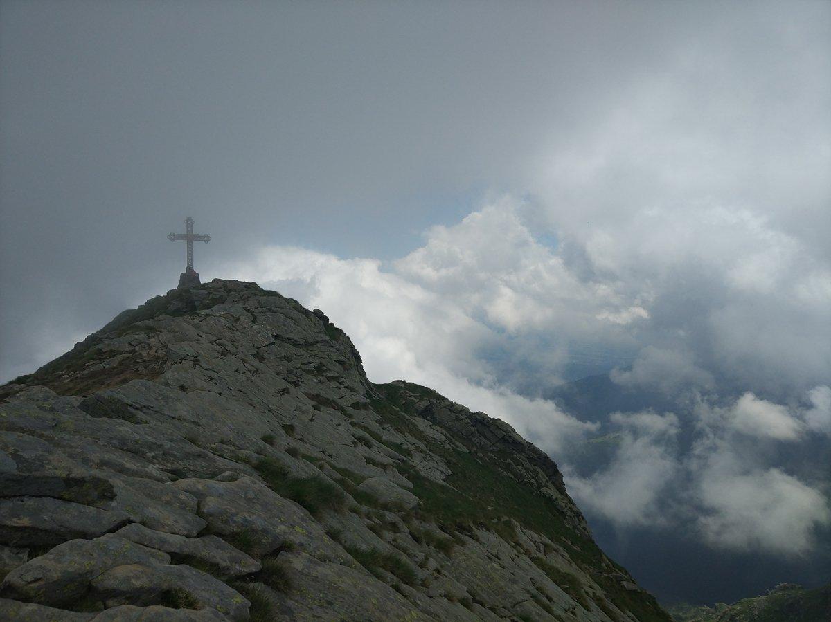 Le nubi si fanno da parte e compare la croce