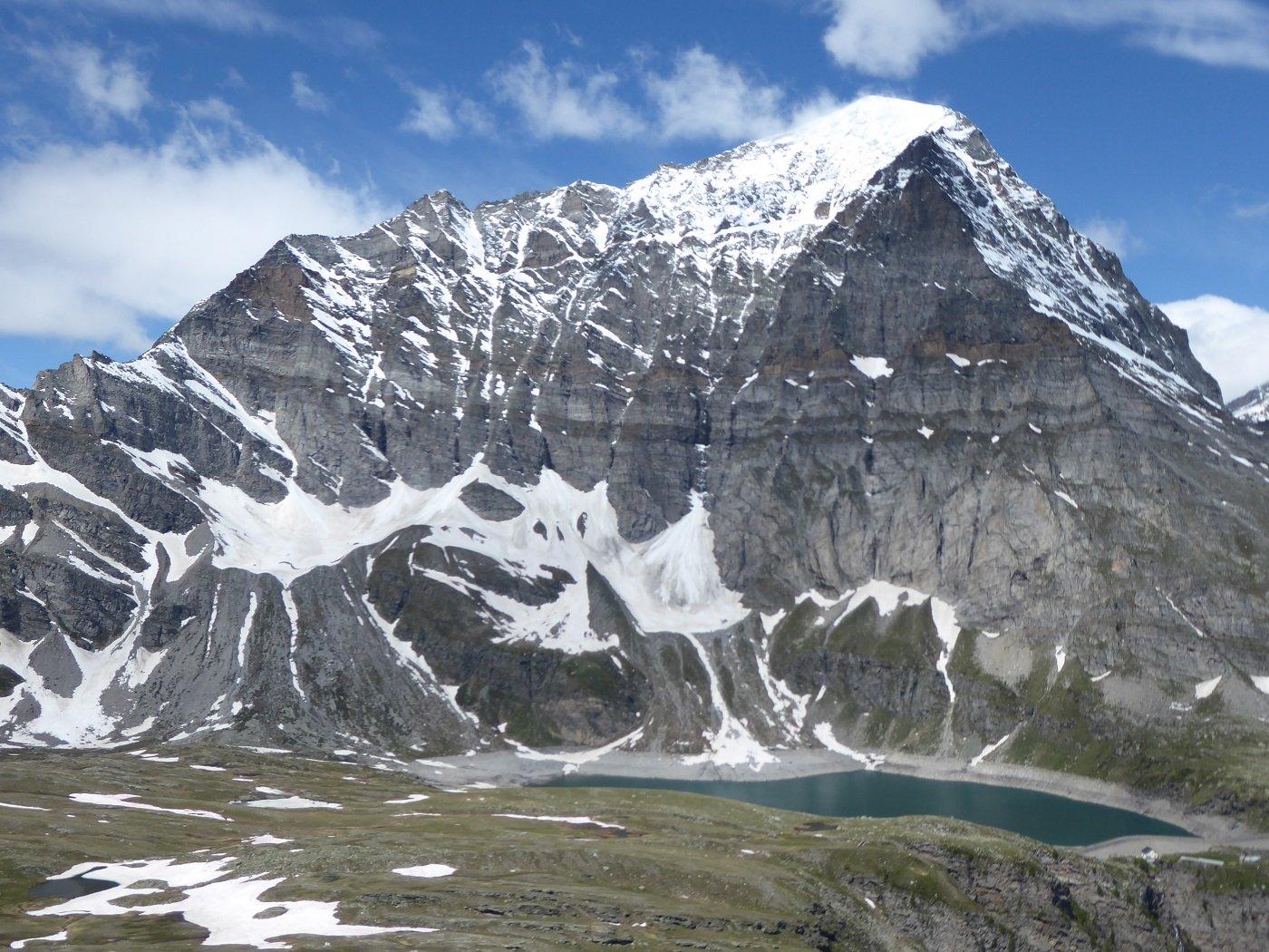 Dall cima la notevole ed incombente mole del M.te Leone con il Lago d'Avino.