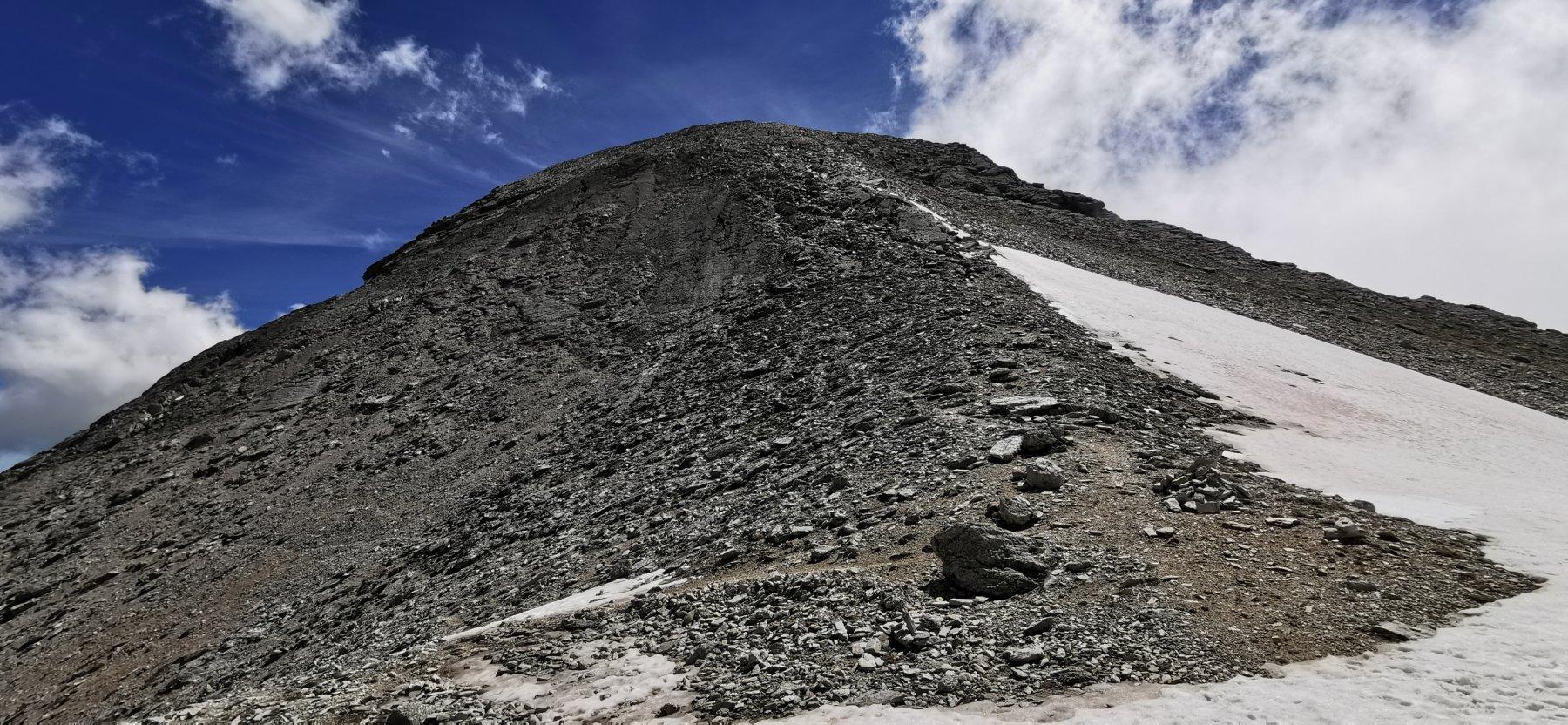 il facile crestone detritico da seguire per raggiungere la cima