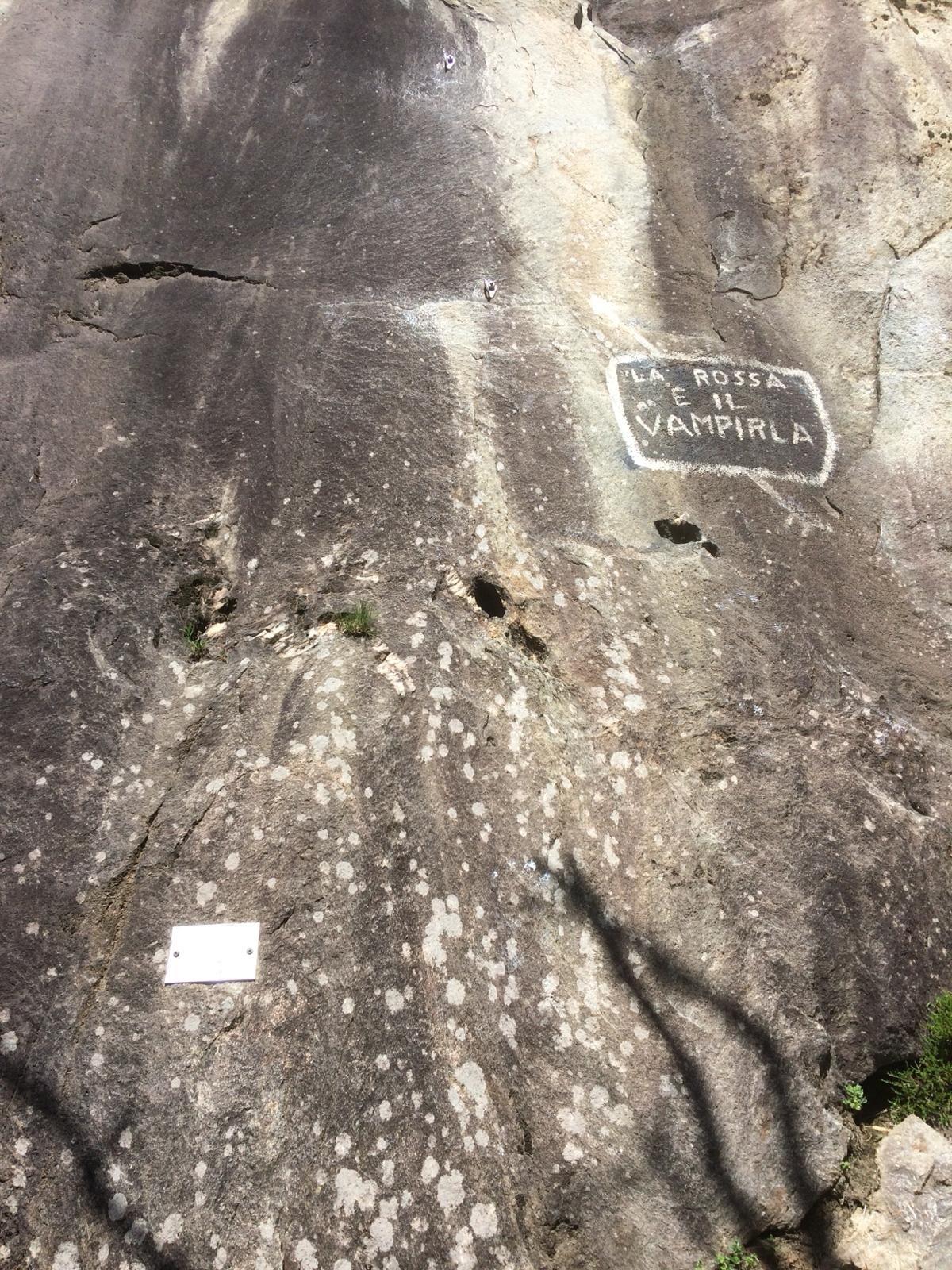 Attacco della via.  La roccia all' inizio è repulsiva ma poco più su cambia completamente.