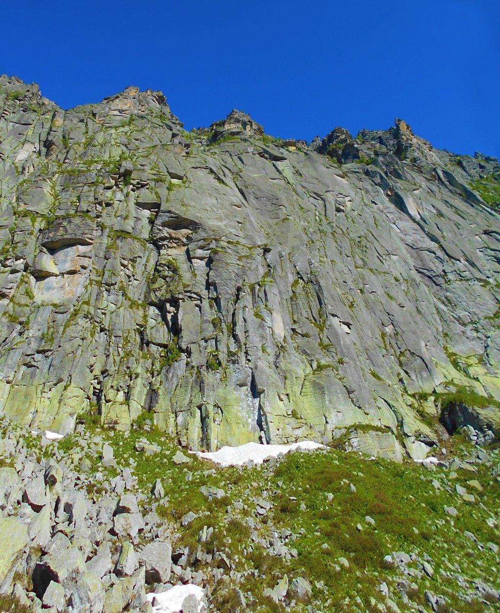 Paretone centrale di Punta Ostanetta dove sale -Passaggio a Nord Ovest- . Bellissima, la foto non rende l'idea della grandiosità di questa parete..