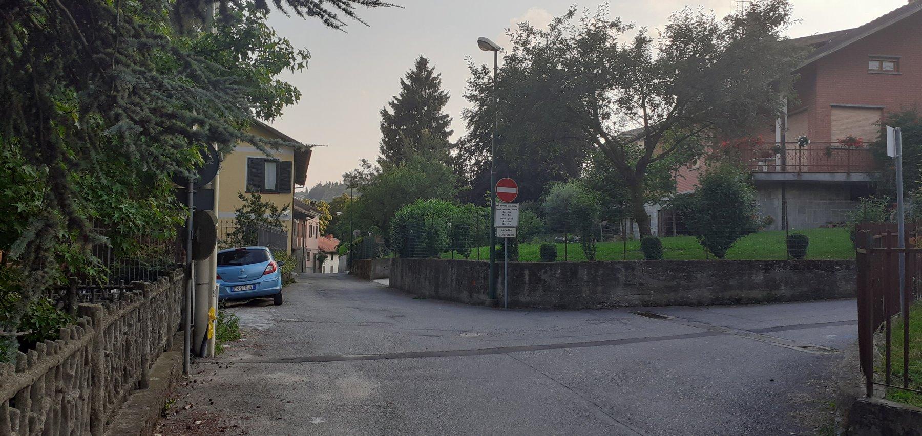 Il tratto asfaltato del Sentiero Berruti sotto la piazza di Castagneto Po