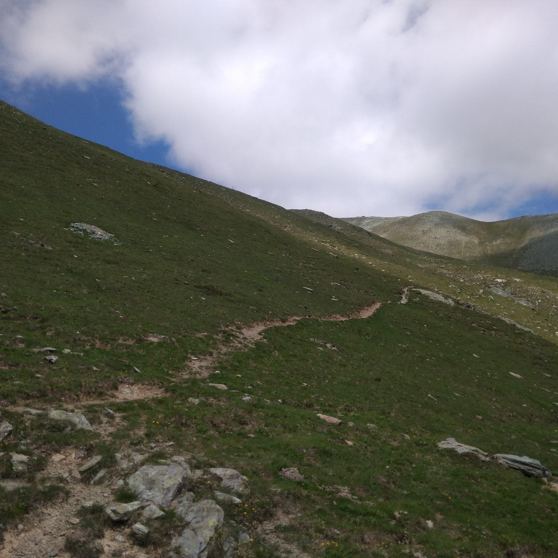 Il sentiero per le rovine della casermetta che parte poca sopra il tornante