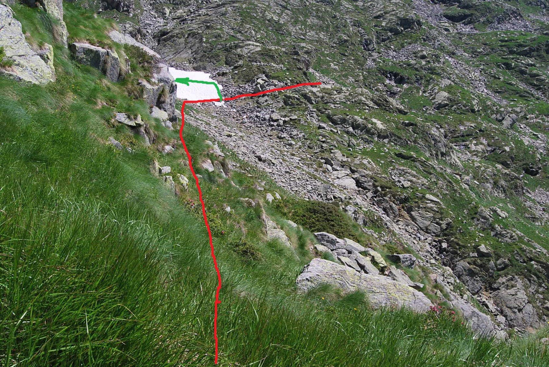 Prima del rifugio, il punto critico dove ho perso le tacche. Il sentiero forse risale (tratto verde) io sono rimasto sul rosso, decisamente ripido