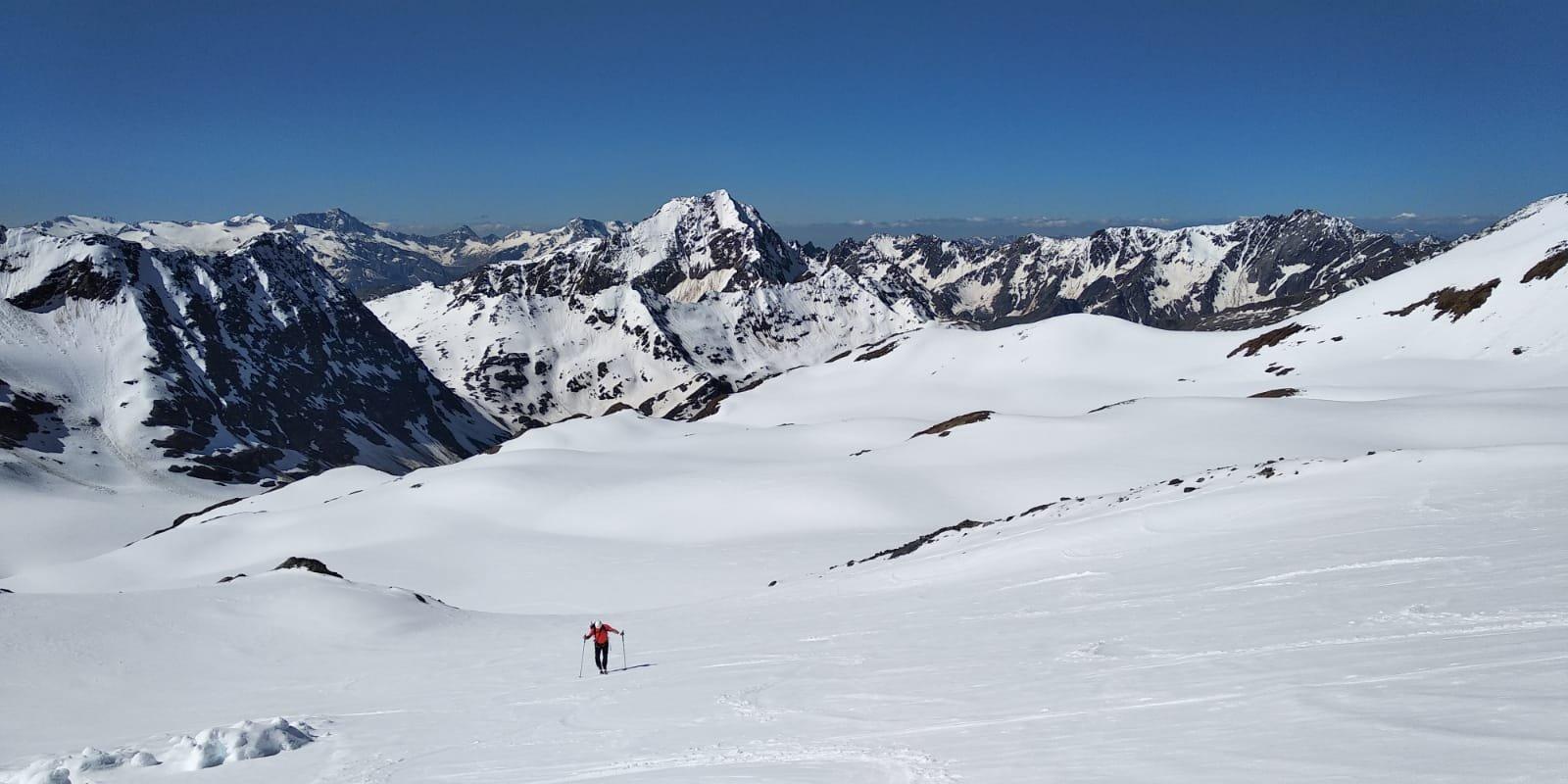 in vista deposito ski (nevaio che si congiunge alla cresta)