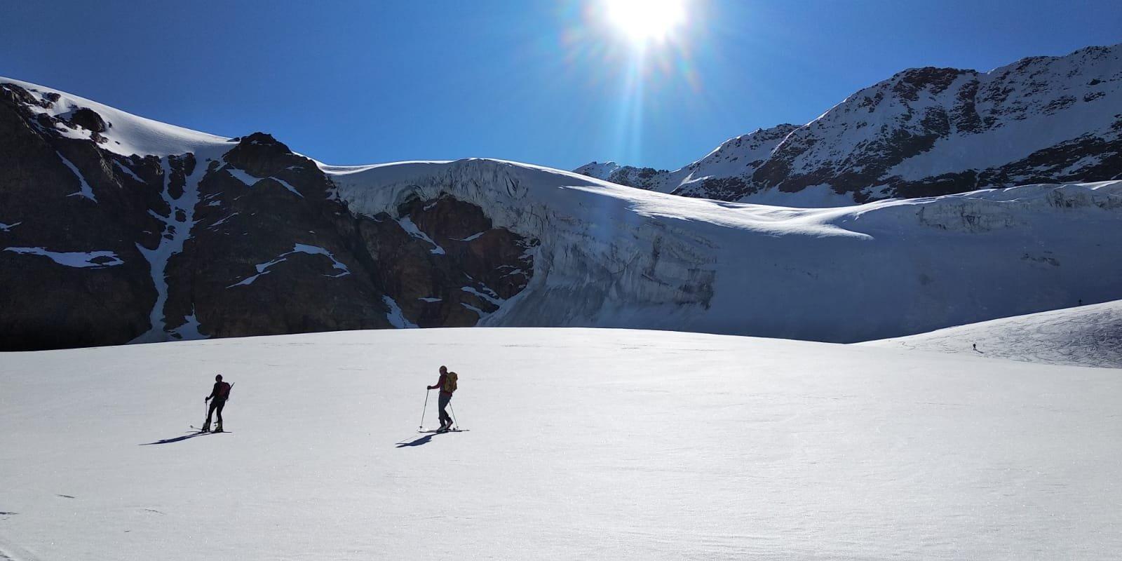 sul ghiacciaio con vista seracchi sopra cui passa il percorso per il S.Matteo