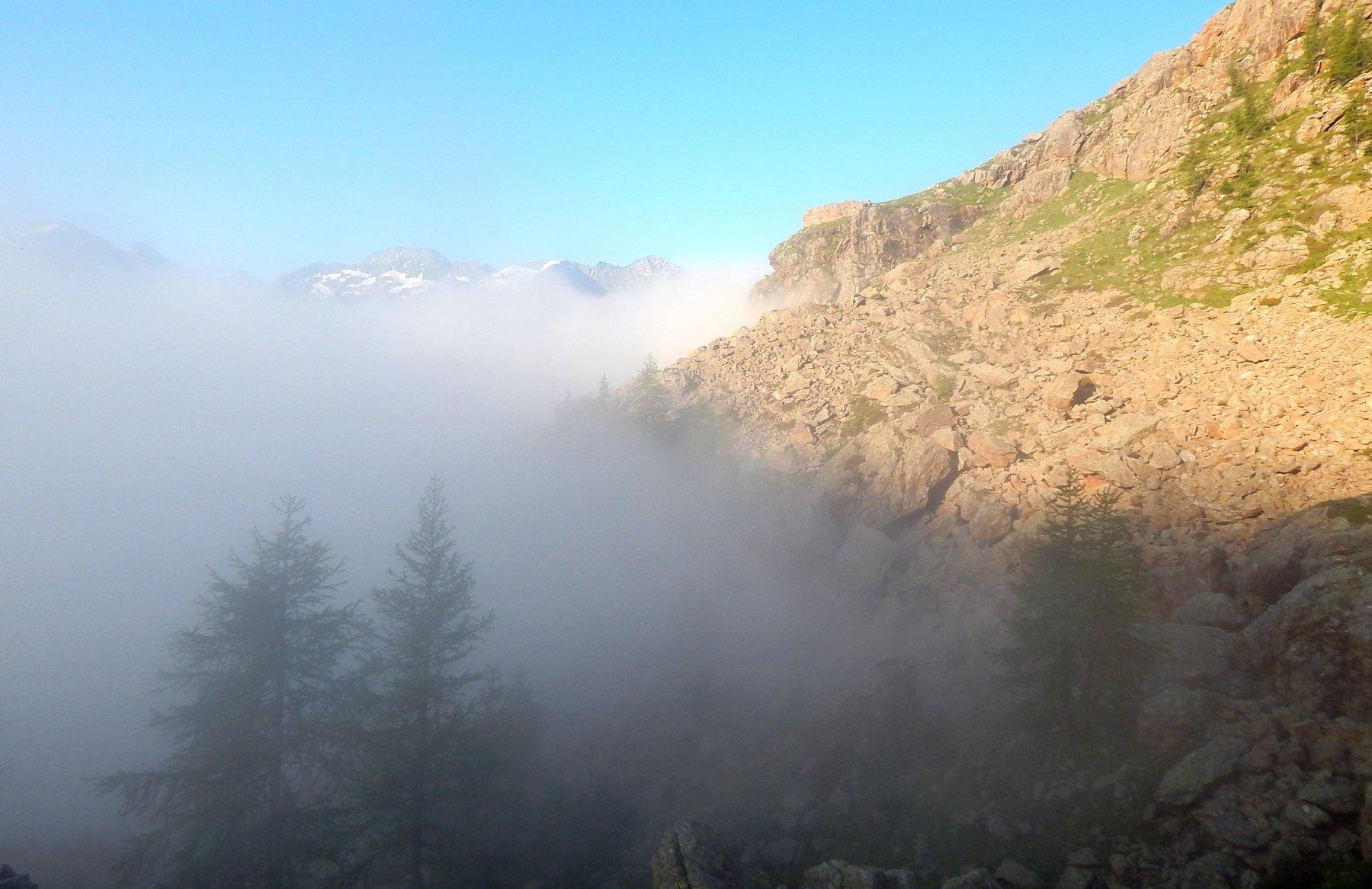 La nebbia, sale ma senza raggiungerci.