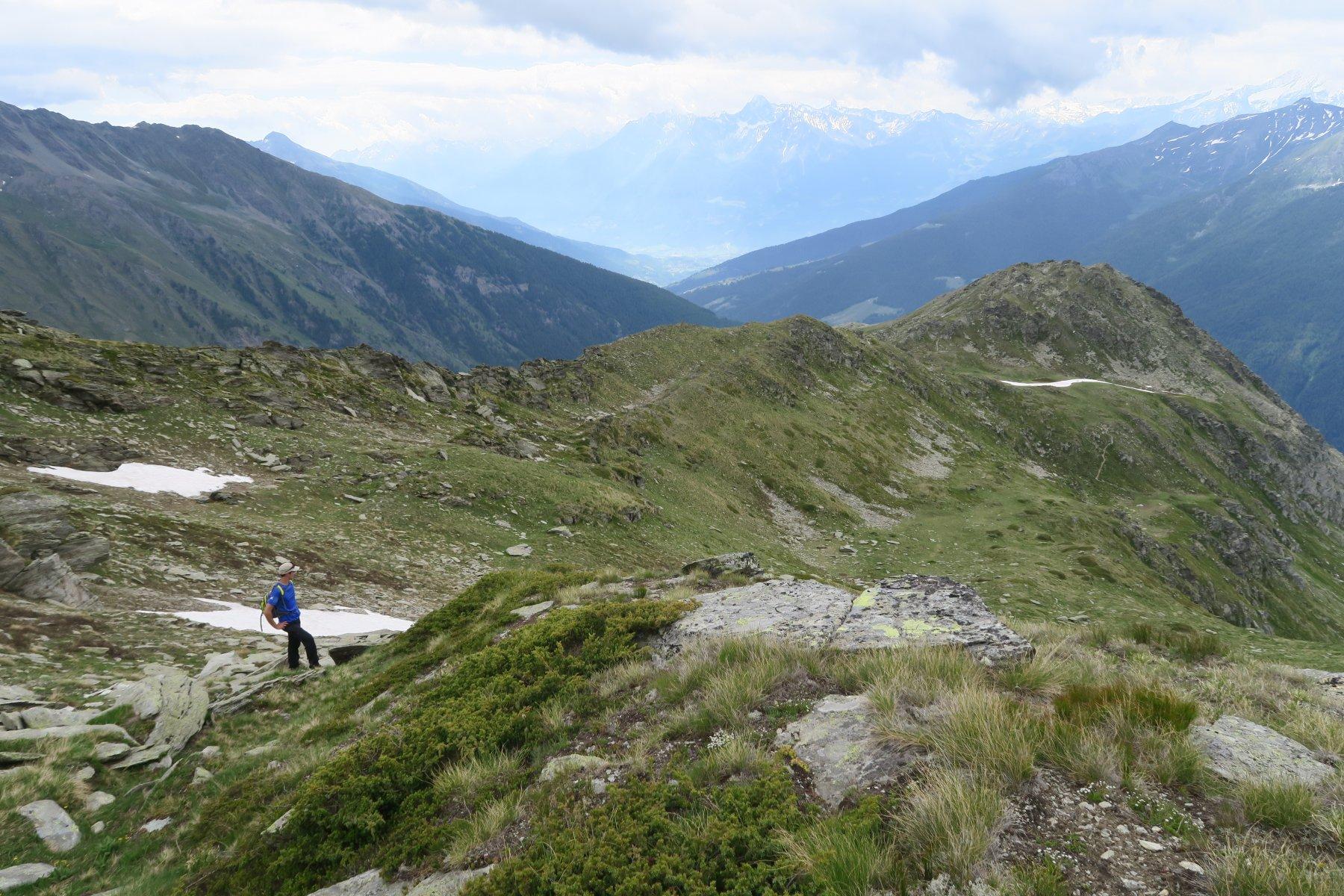 proseguendo lungo la cresta con la Paglietta in basso