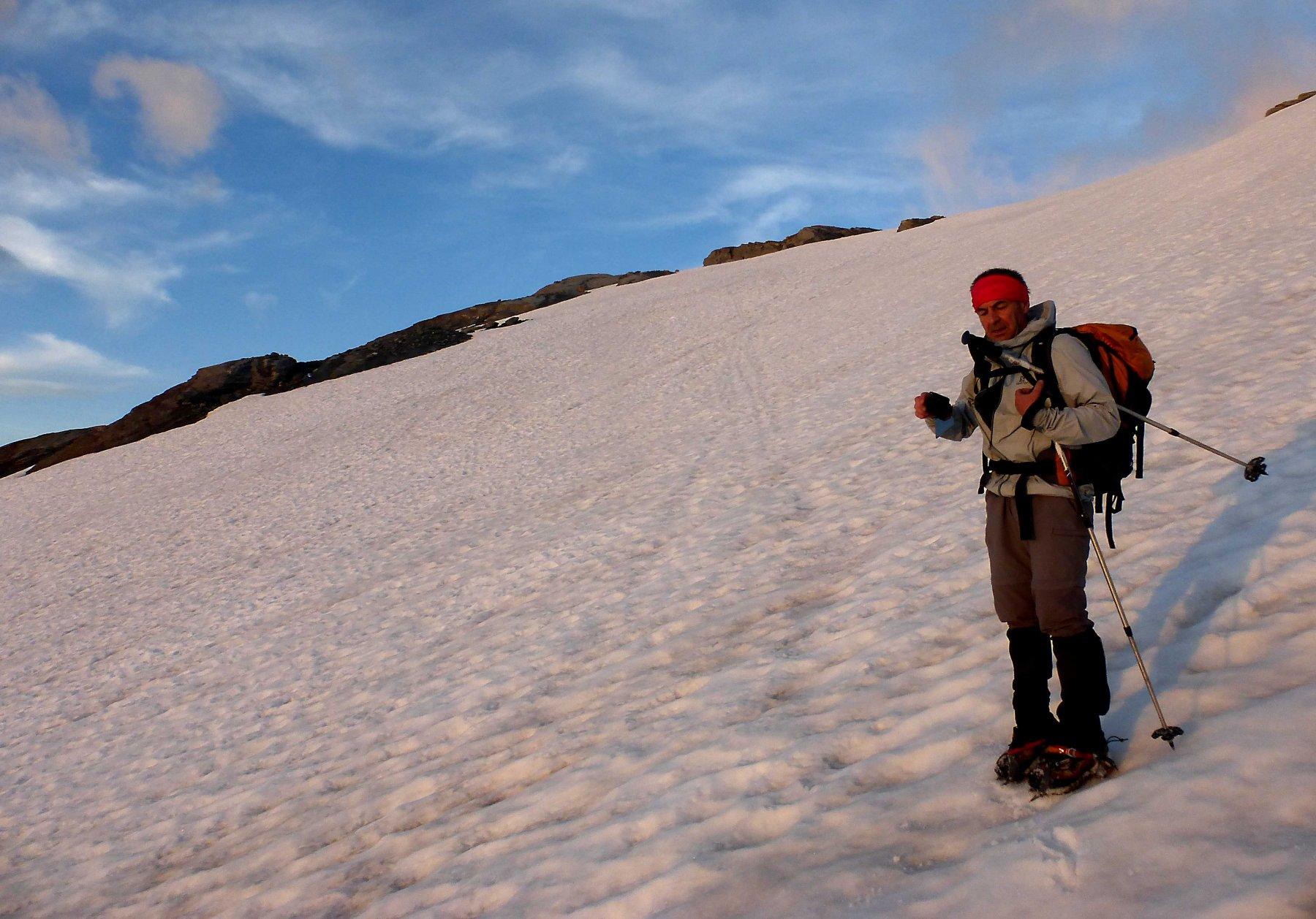 Primo sole sul ghiacciaio, neve portante