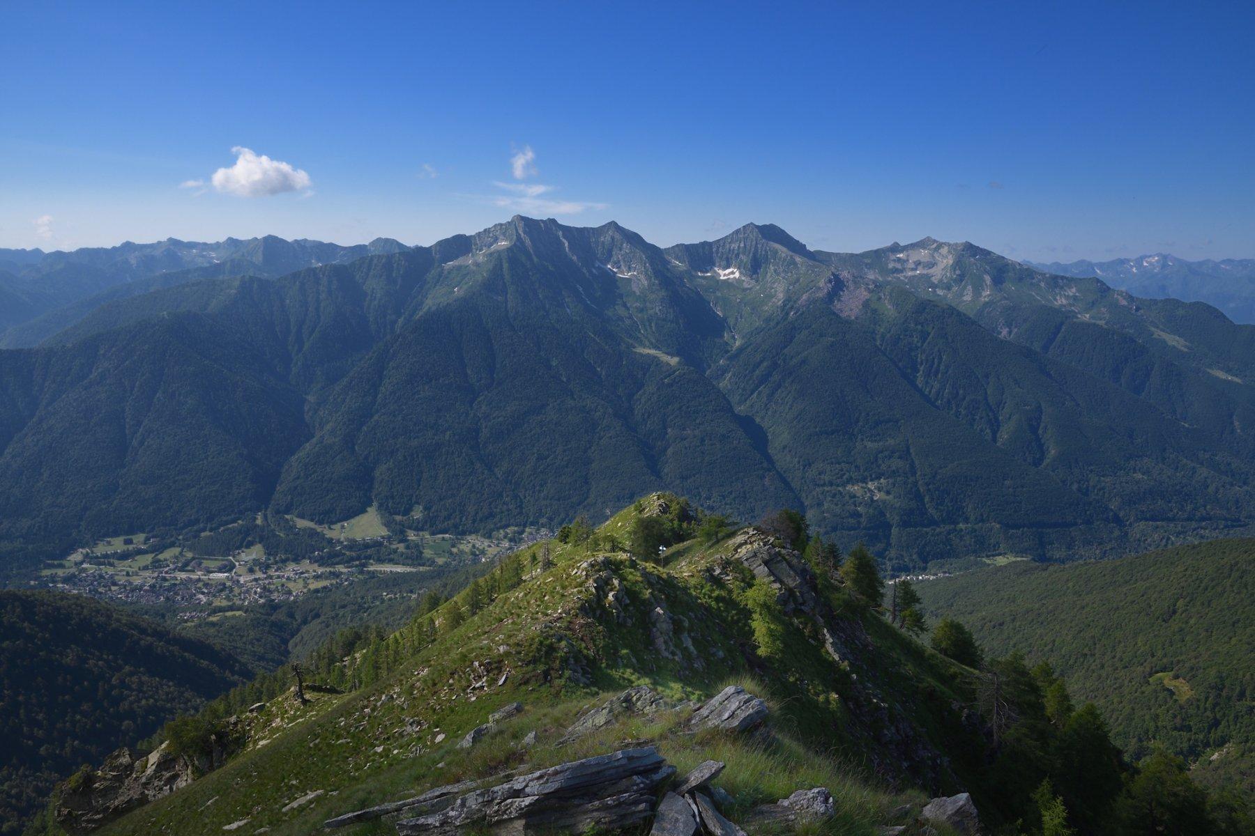 Dalla cima, vista sulla cresta percorsa in salita con il Gruppo del Togano sullo sfondo
