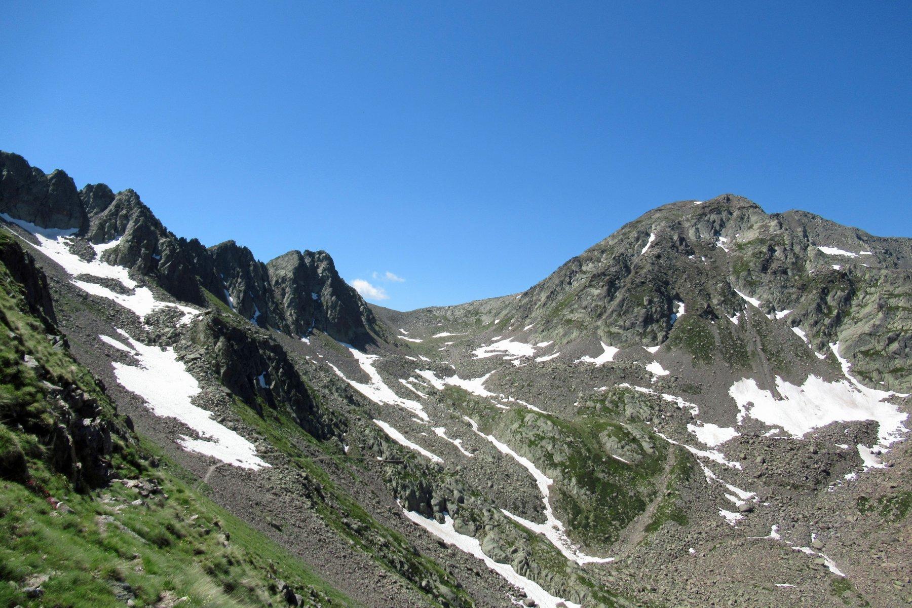 In cammino verso il colle di Seccia, racchiuso tra le cime di Gavia e Collalunga