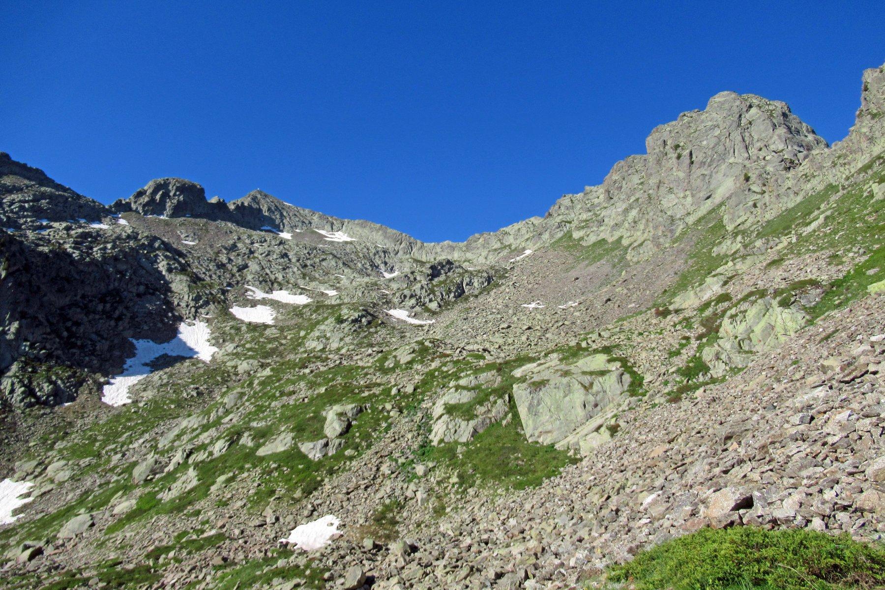 Nel tratto mediano di salita vista su Rocca e Guglia di S. Bernolfo