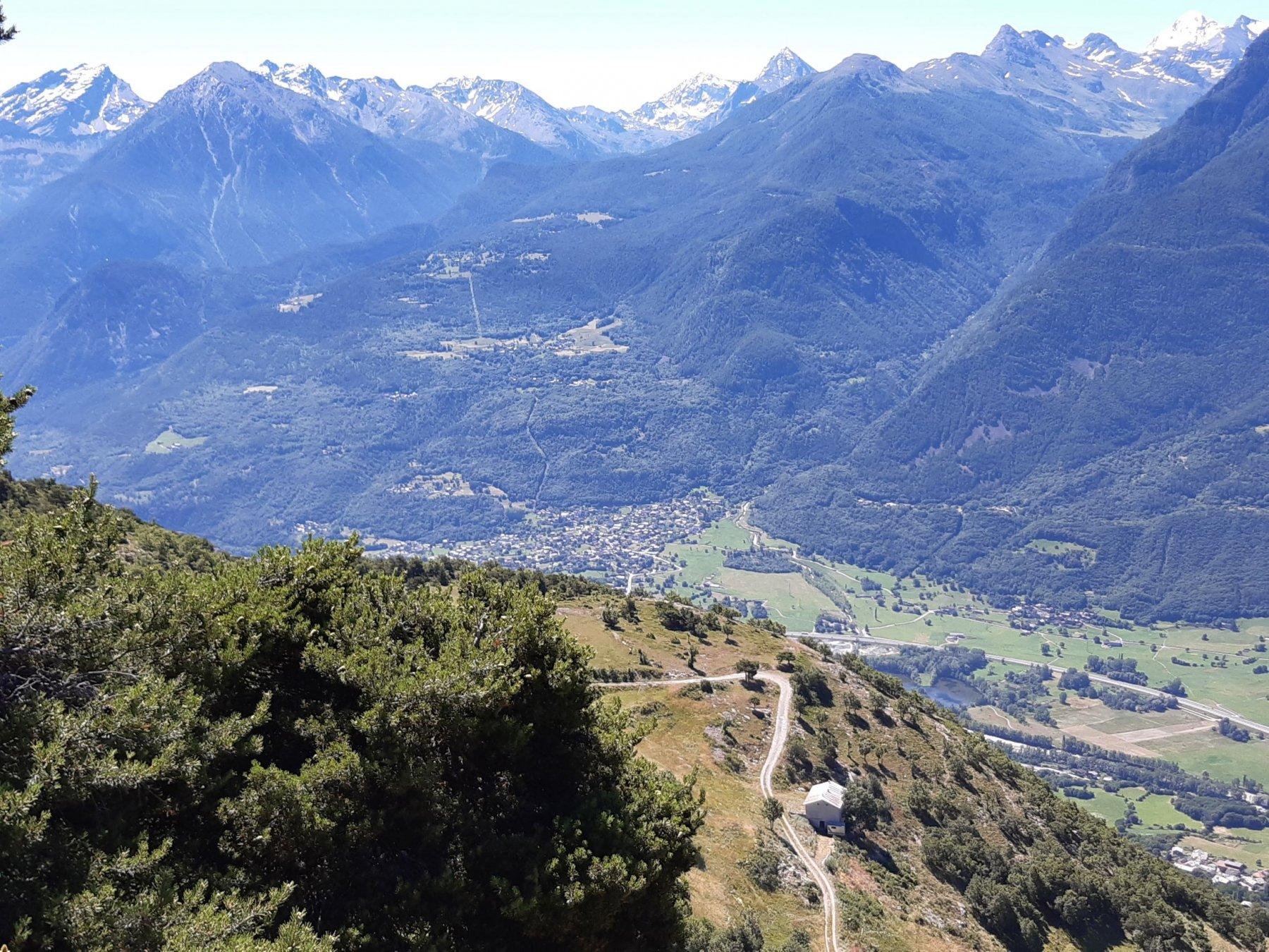 Panorama all'arrivo sulla poderale proveniente da Avisod. In basso l'Alpeggio di Valsainte.