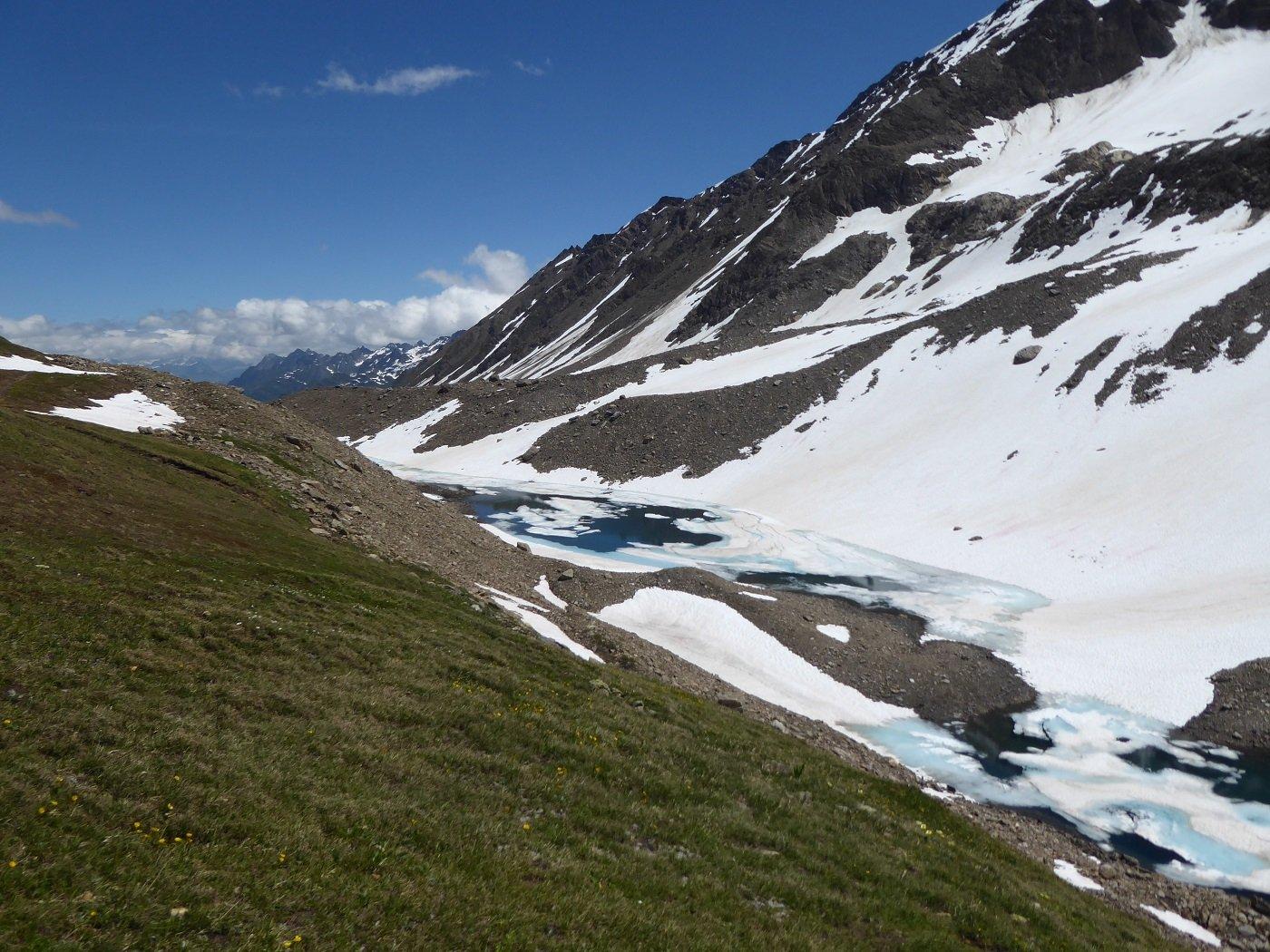 I laghetti semi ghiacciati al Passo del Corno.