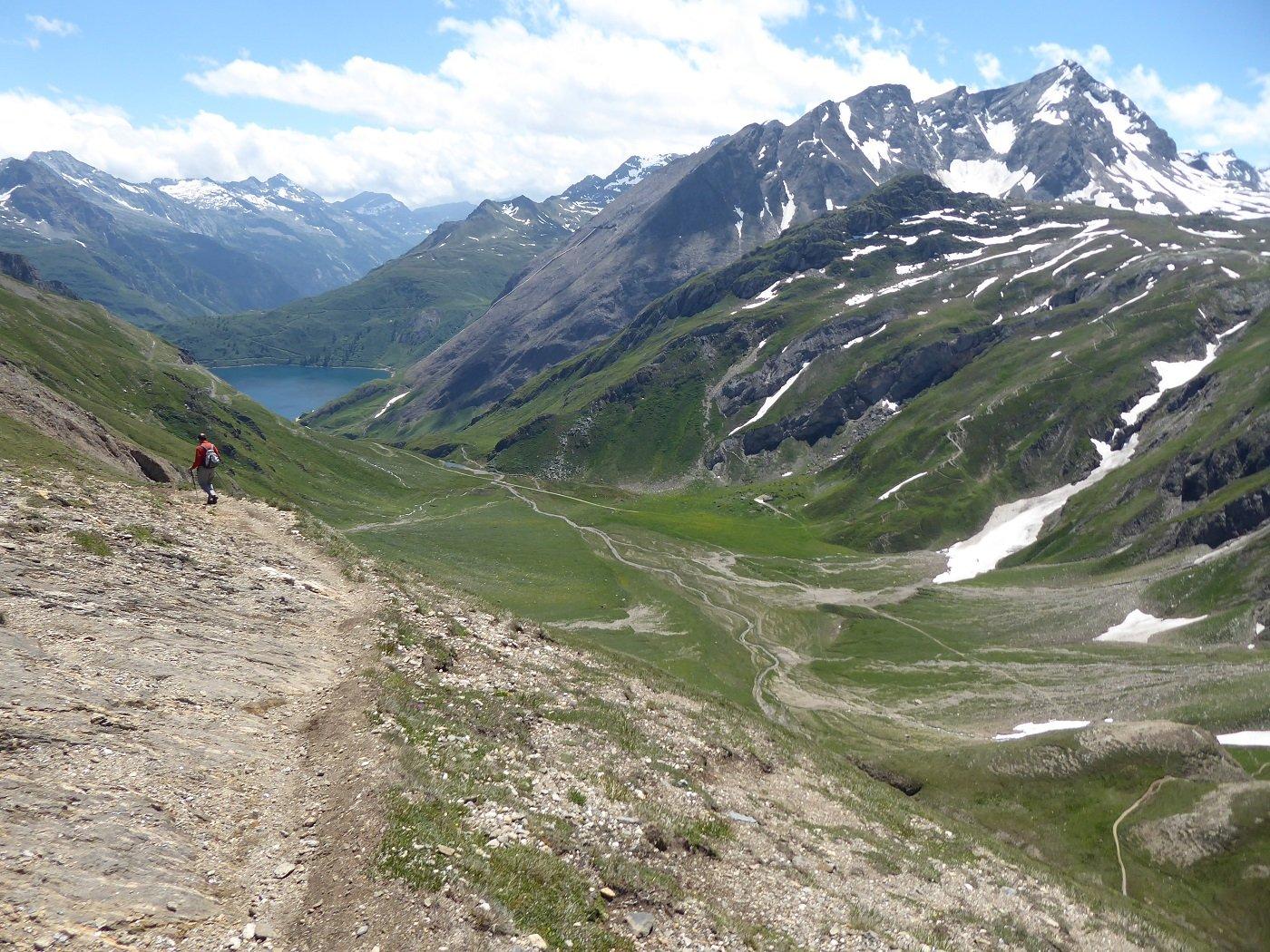 Scendendo dal Passo del Gries con il pianoro dell'Alpe Bettelmatt ed il Lago di Morasco.