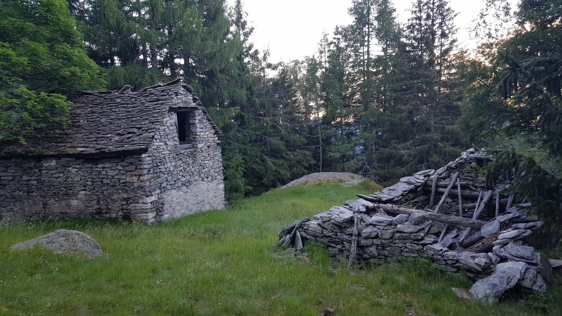 Località Ai Cuurt ,o qualcosa del genere, passare tra sassone e baita (nella foto a sinistra)
