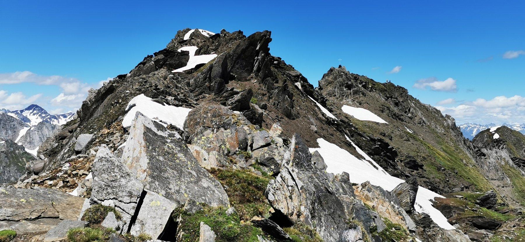 superando la cresta rocciosa terminale in direzione della cima